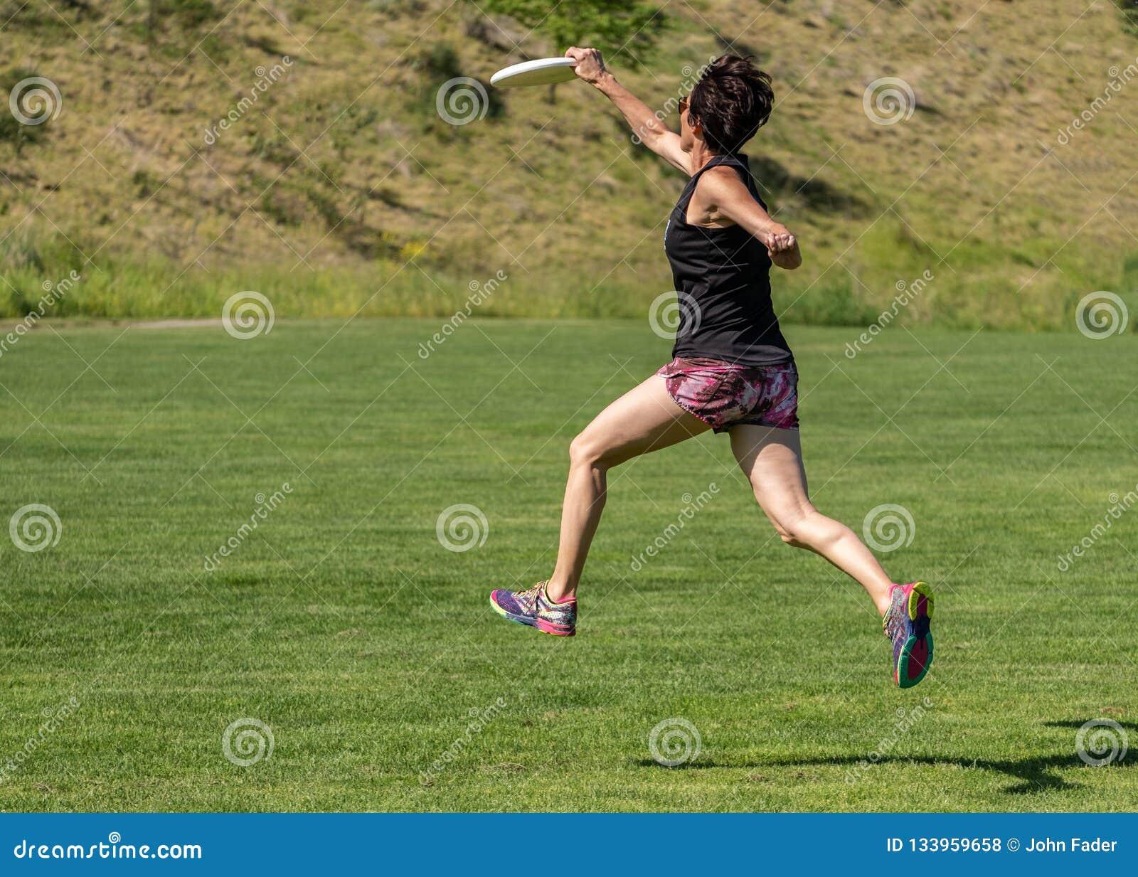 Latającego dyska bieg i chwyta w powietrzu