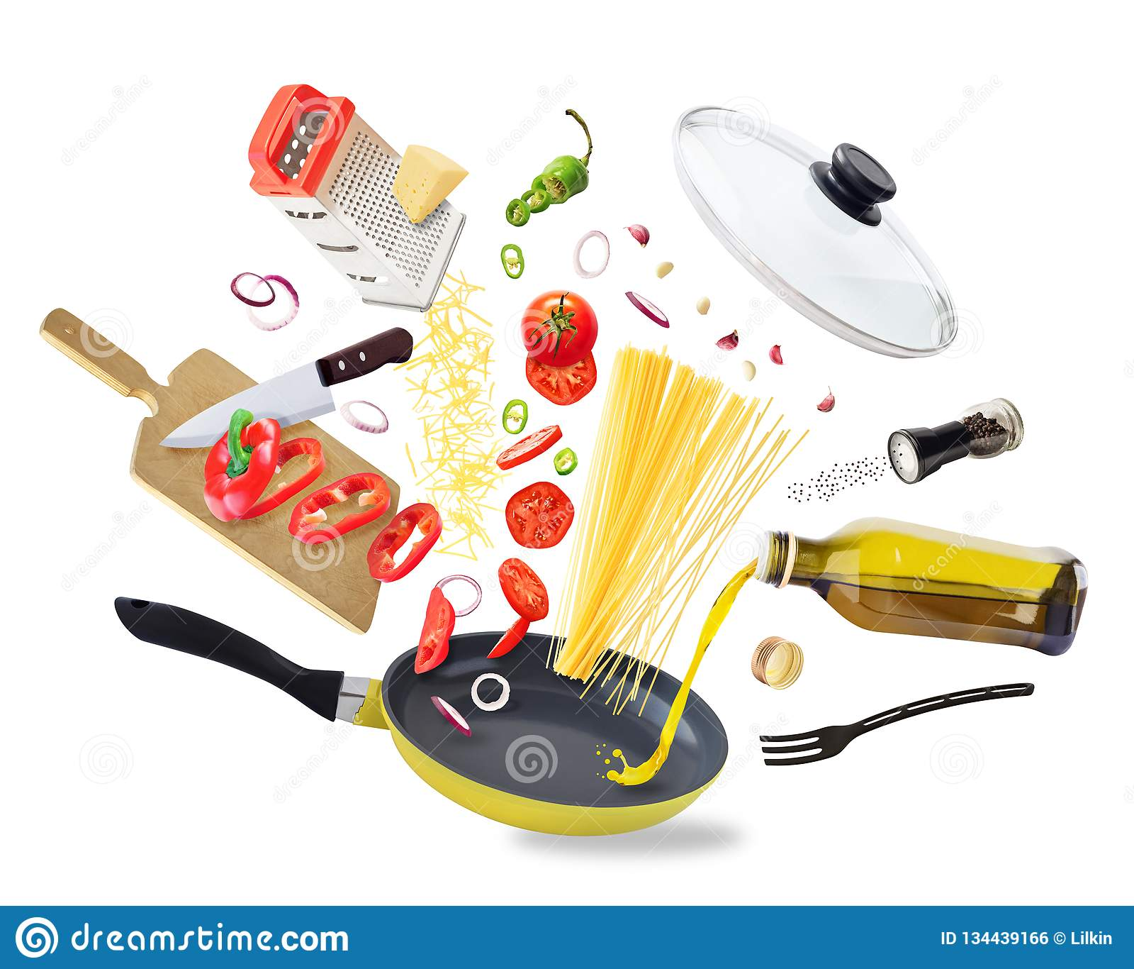 Latający karmowi składniki spada w smażyć nieckę