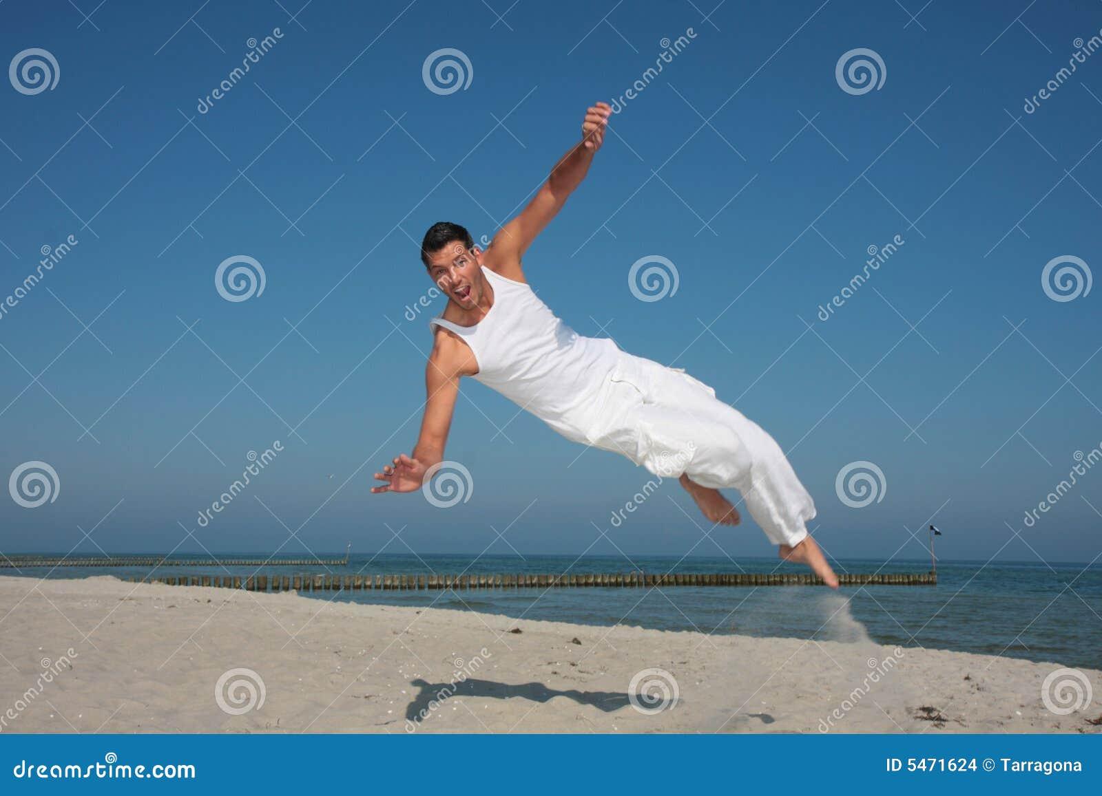 Latający plażowy wysoki skaczący ludzi