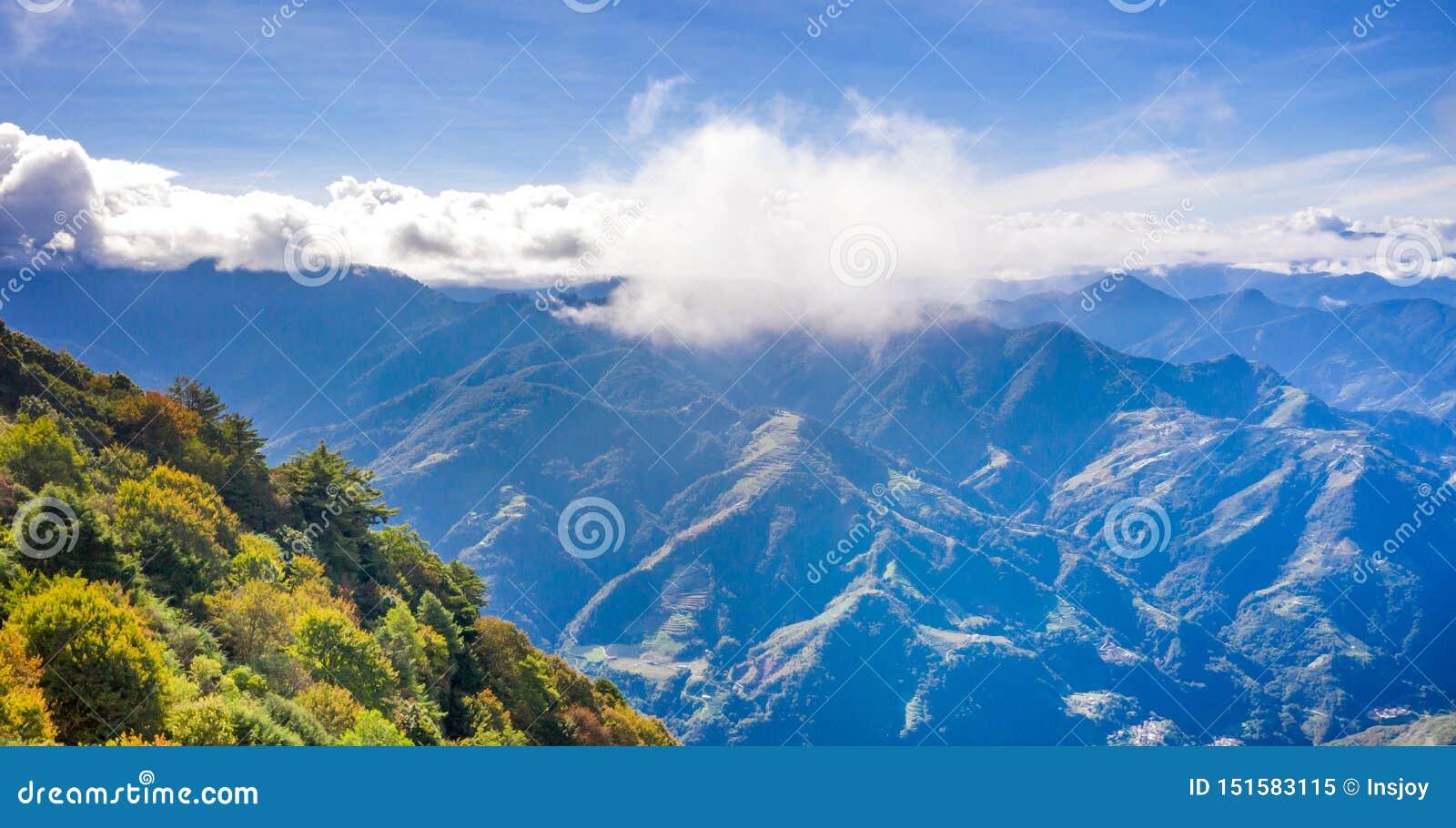 Latający truteń w kierunku pięknego zadziwiającego sławnego Mt Hehuan w Tajwan nad szczyt, widoku z lotu ptaka strzał