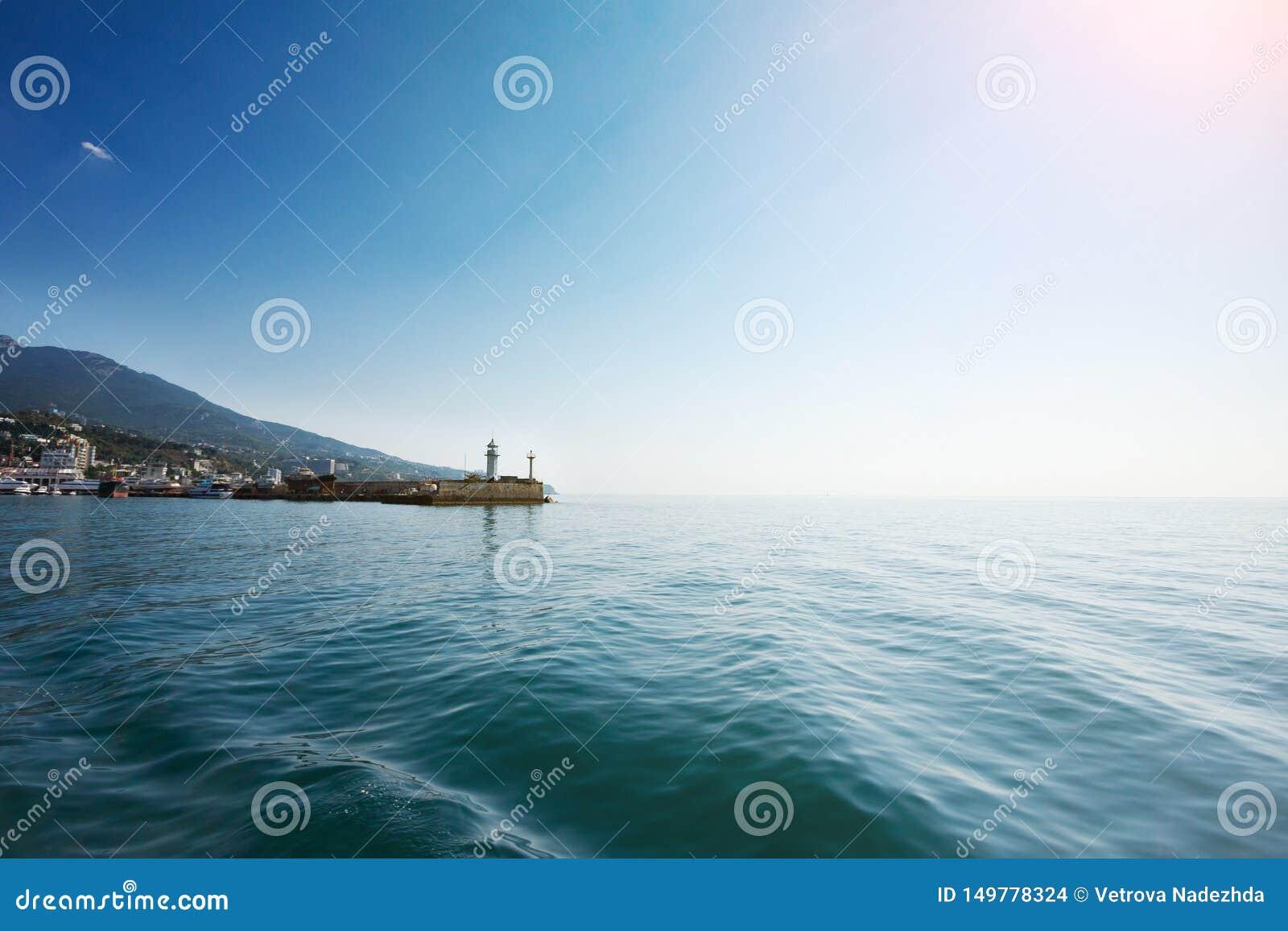 Latarnia morska na tle góry i niebieskie niebo