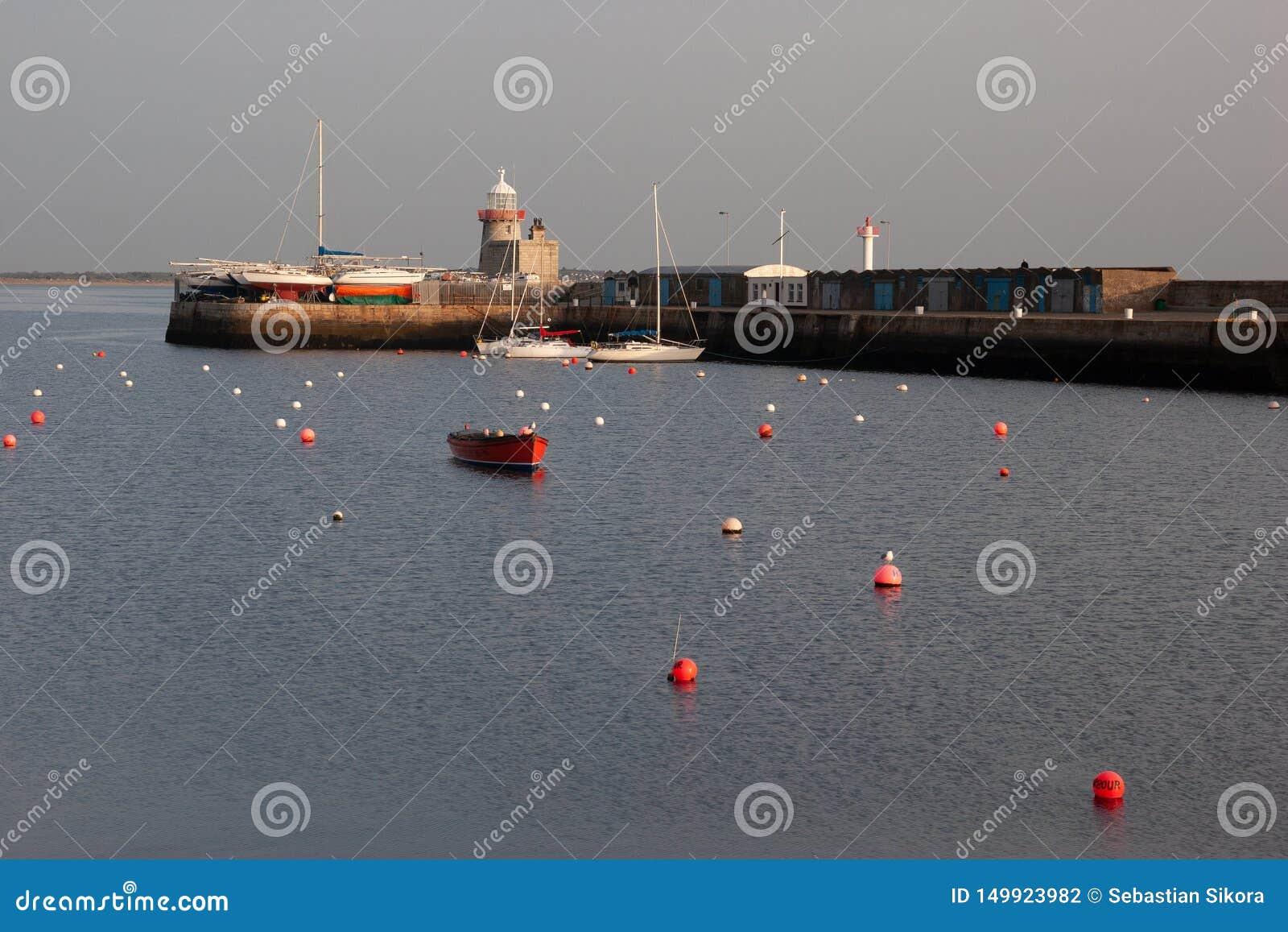 Latarnia morska przy Howth portem Howth jest połowu małym portem blisko Dublin zatoki
