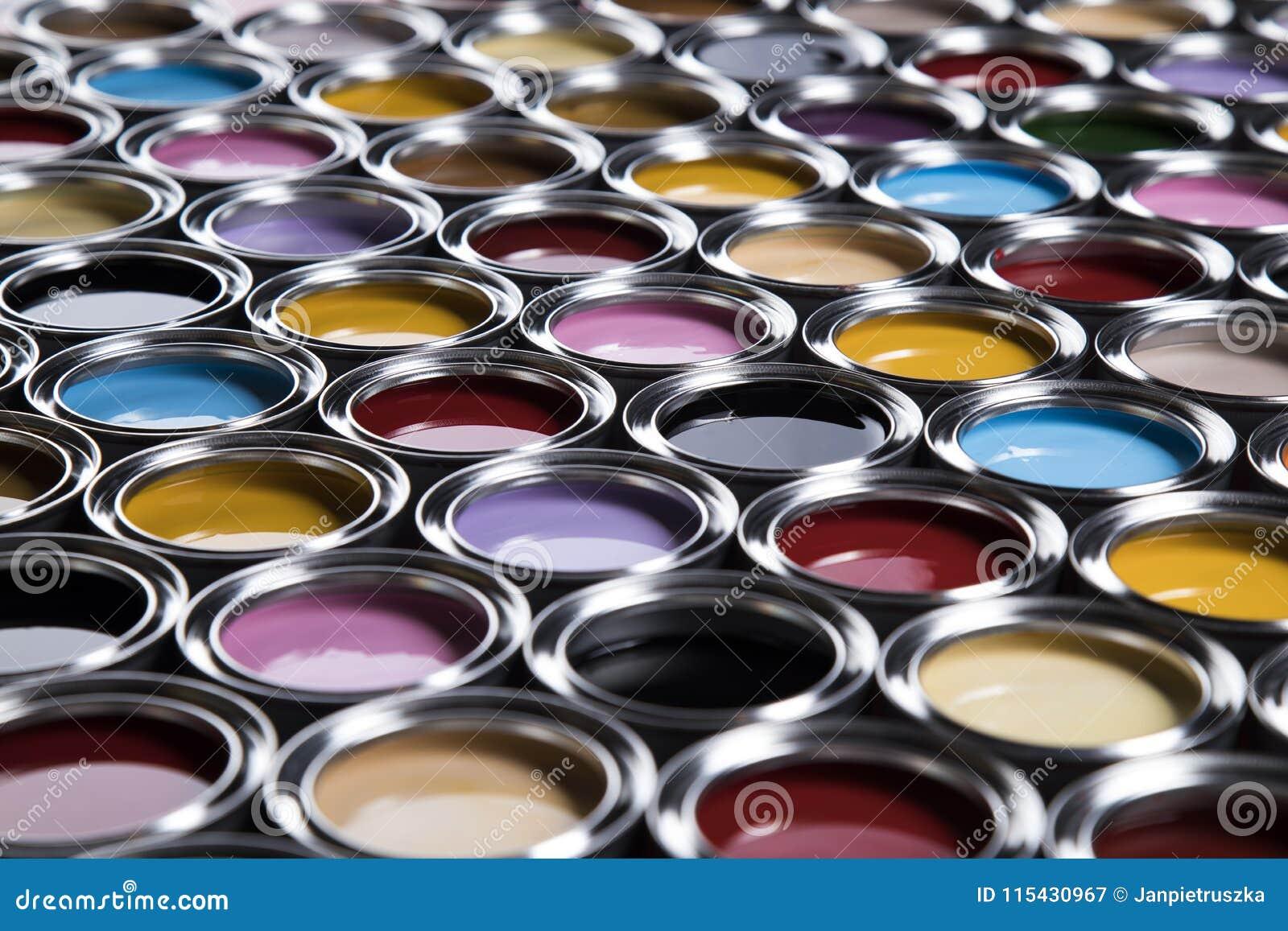 Latas coloridas da pintura ajustadas