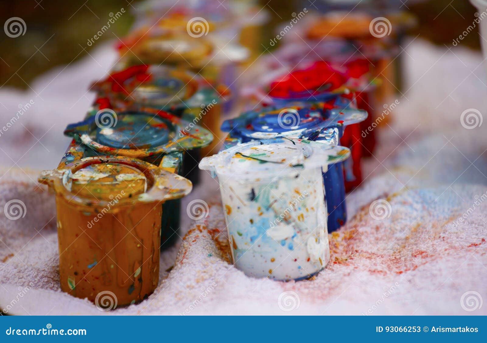 Latas de la pintura del color