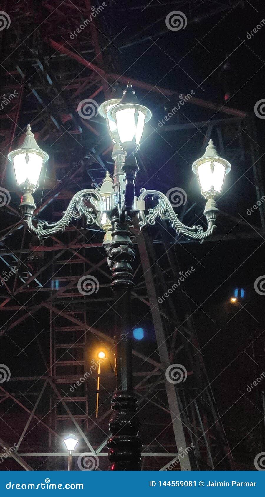Laterne des weißen Blitzes in der Nacht