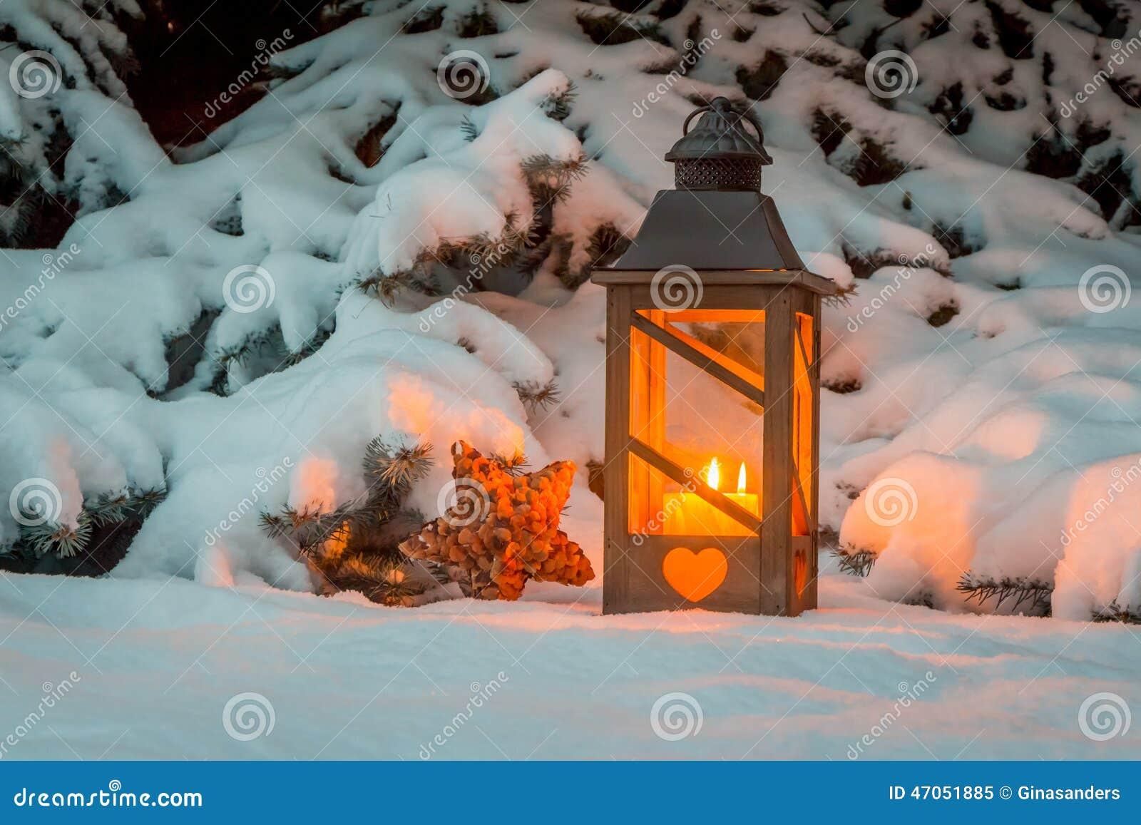 Laterne Im Schnee Am Weihnachten Stockbild - Bild von abend ...