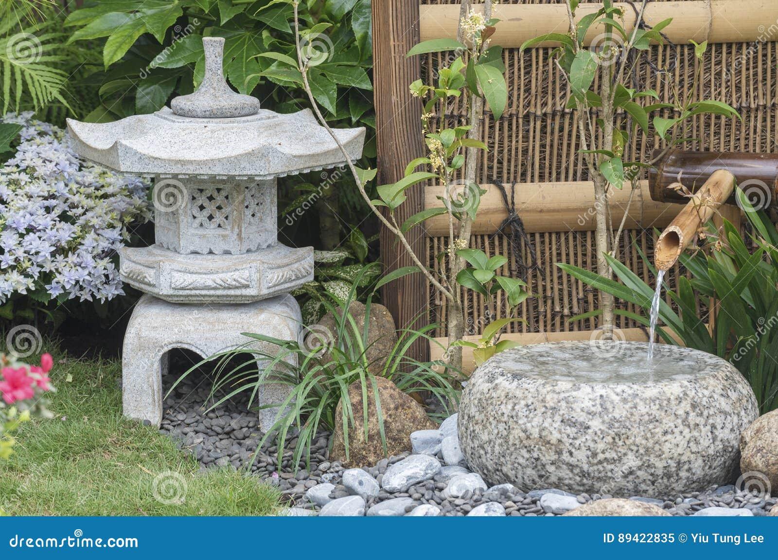 Laternen Und Bambusbrunnen Im Japanischen Garten Stockbild Bild