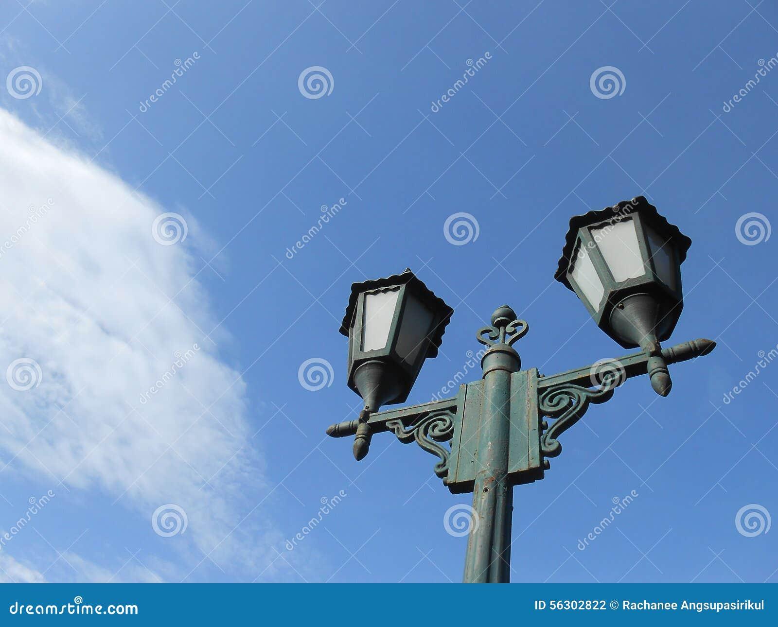 Laternenpfahl im blauen Himmel
