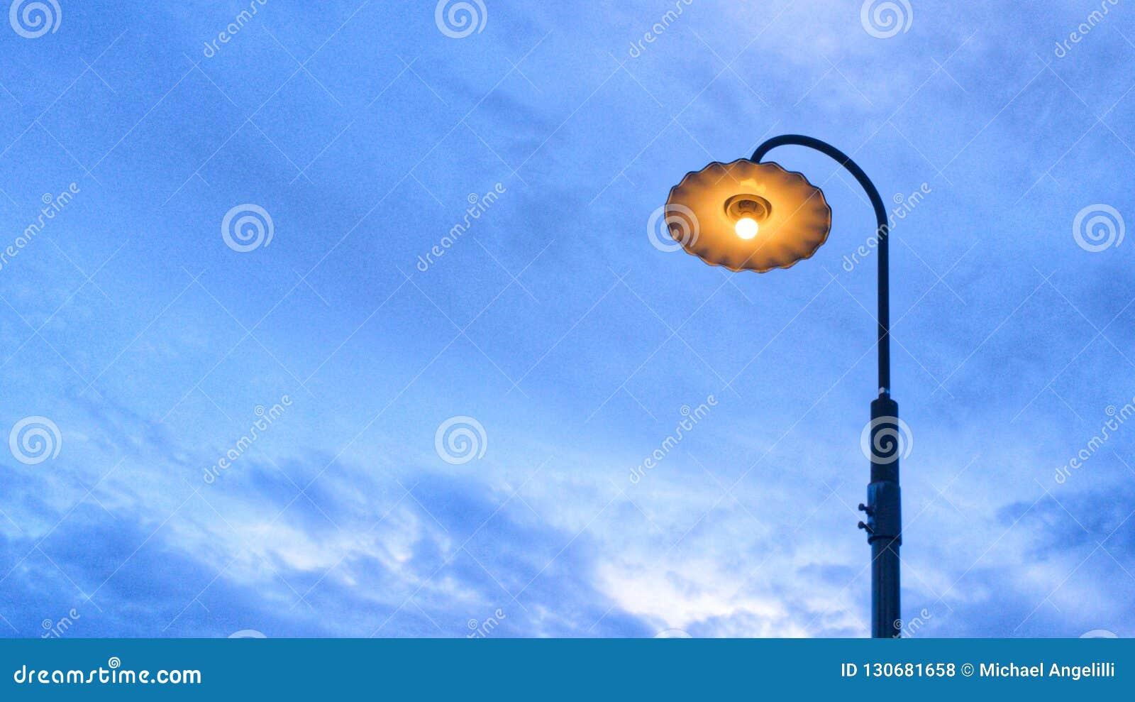 Laternenpfahl und blauer Himmel