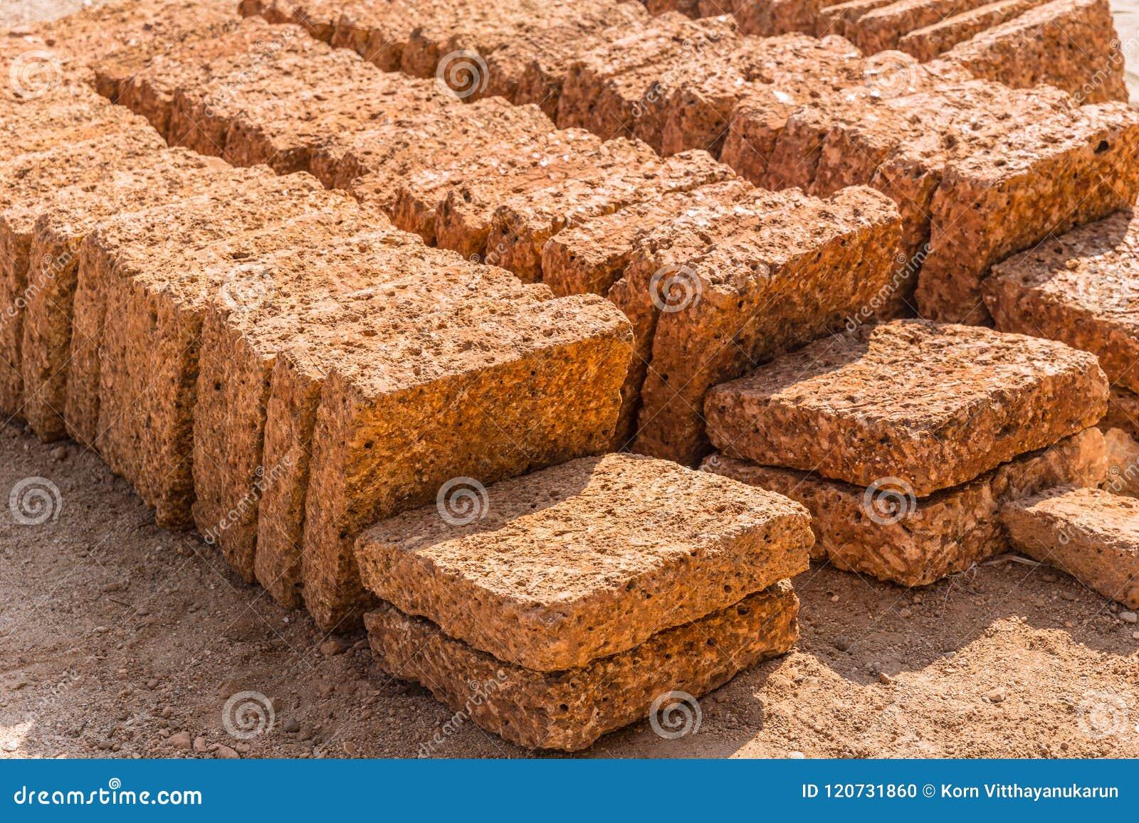 Lateryt skały kamienia cegieł talerz od natury czerwonawy ośniedziałego