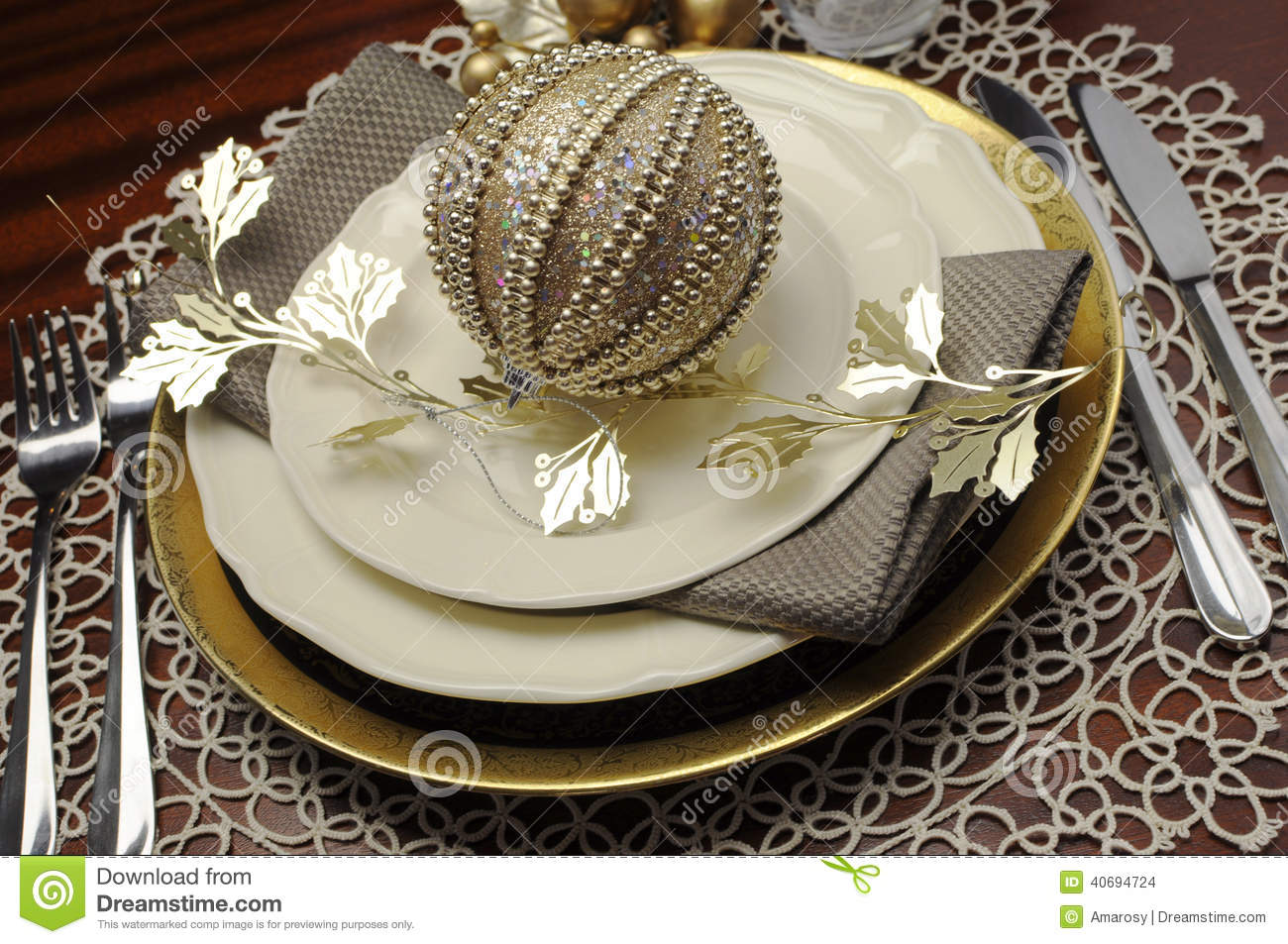 Latest trend of gold metallic theme christmas formal for Latest dinner table
