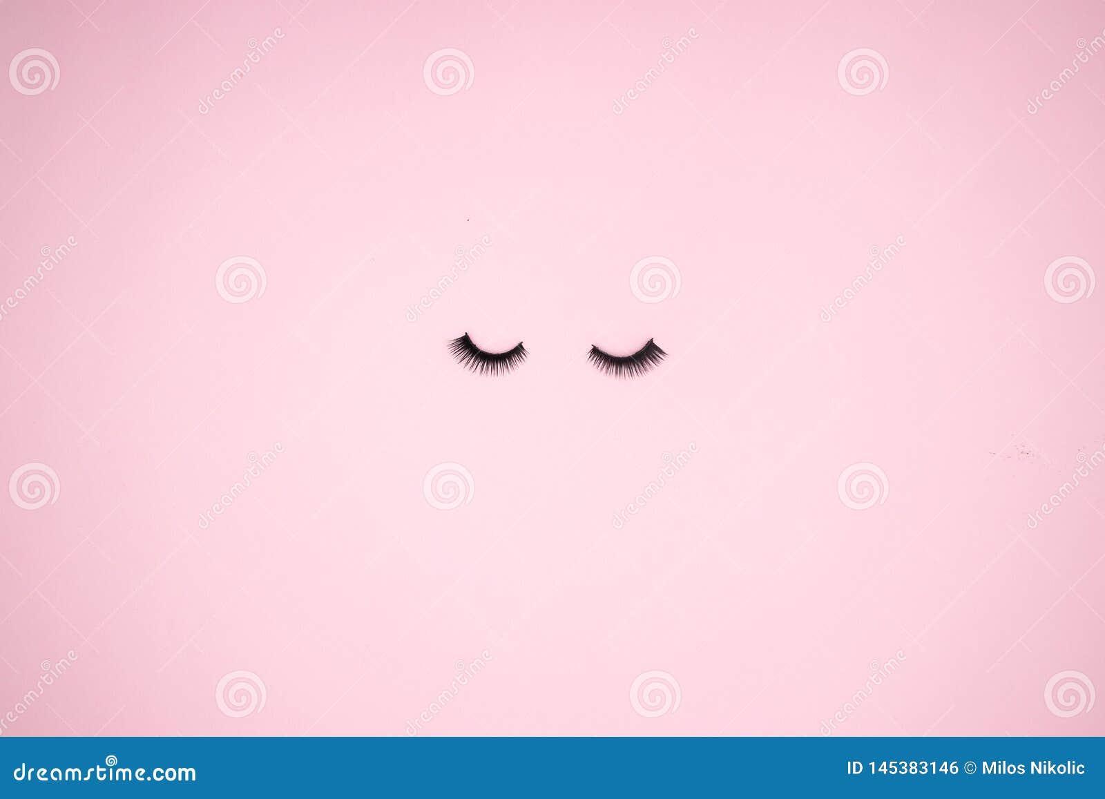 Latigazos del ojo en el fondo rosado