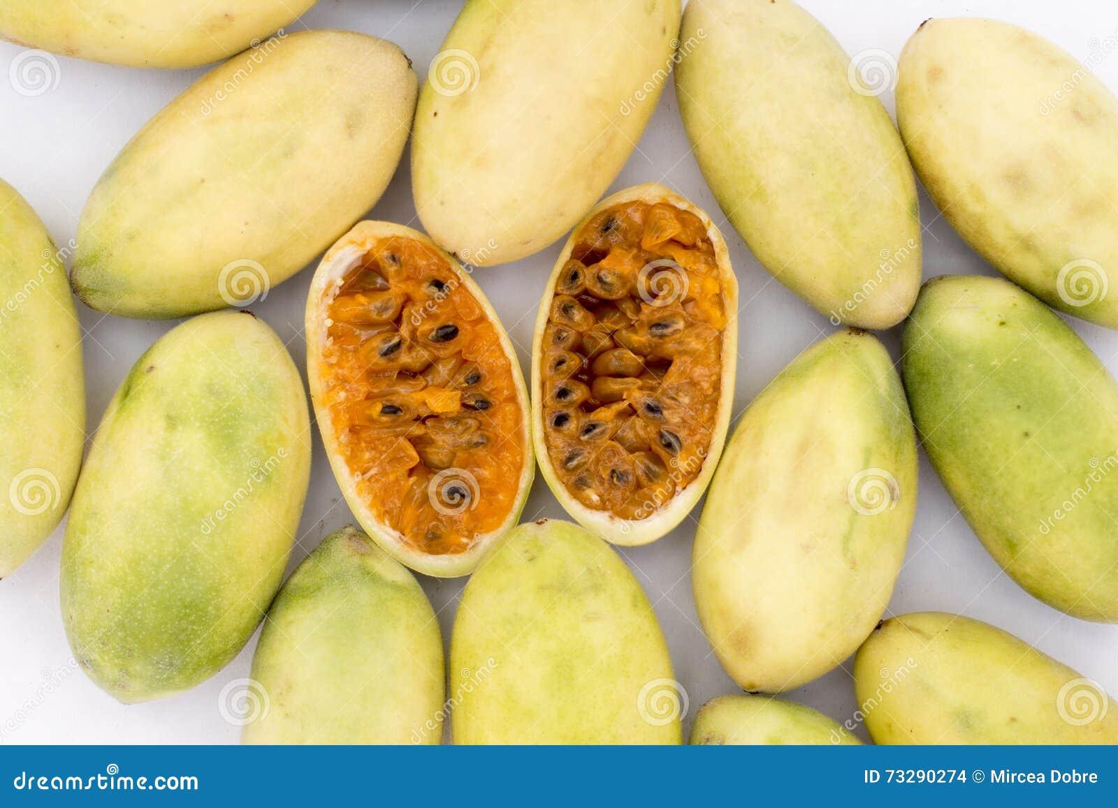Latijns-Amerikaans fruit genoemd banaan passionfruit (lat Passiebloemtripartita) (in Spaanse meestal tumbo, curuba, taxo
