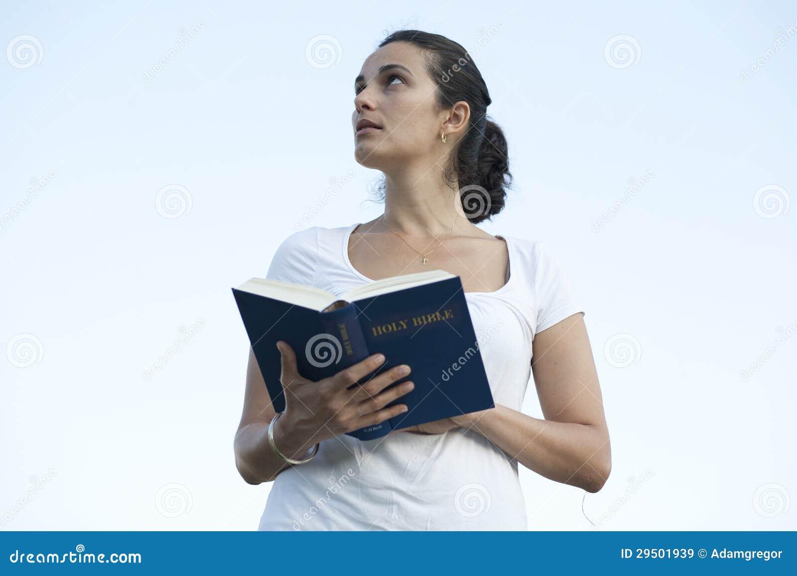 Latijnse vrouw met de bijbel