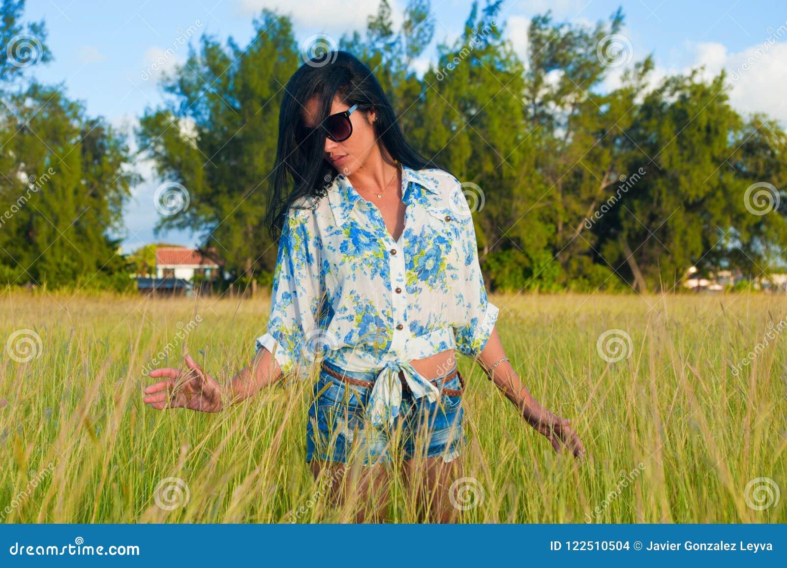 Latina-Frau mit Sonnenbrille und kurzen Hosen