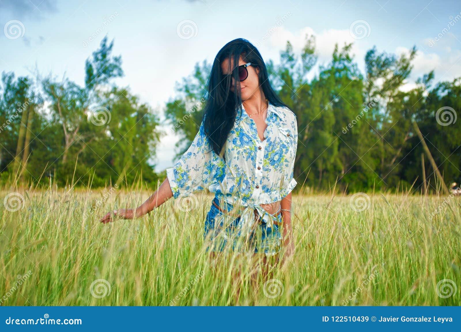 Latina kobieta z okularami przeciwsłonecznymi