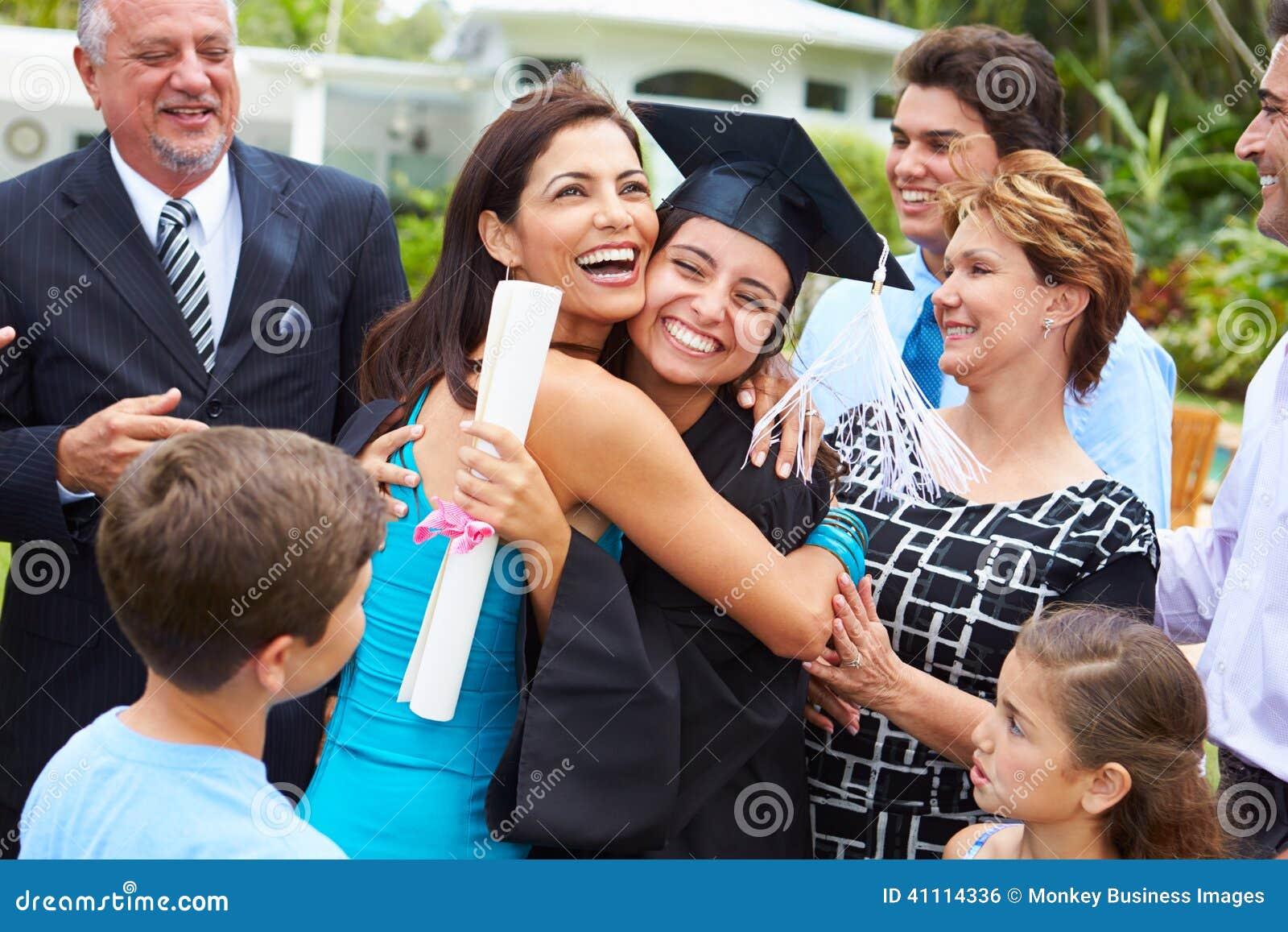 Latinamerikansk studentAnd Family Celebrating avläggande av examen