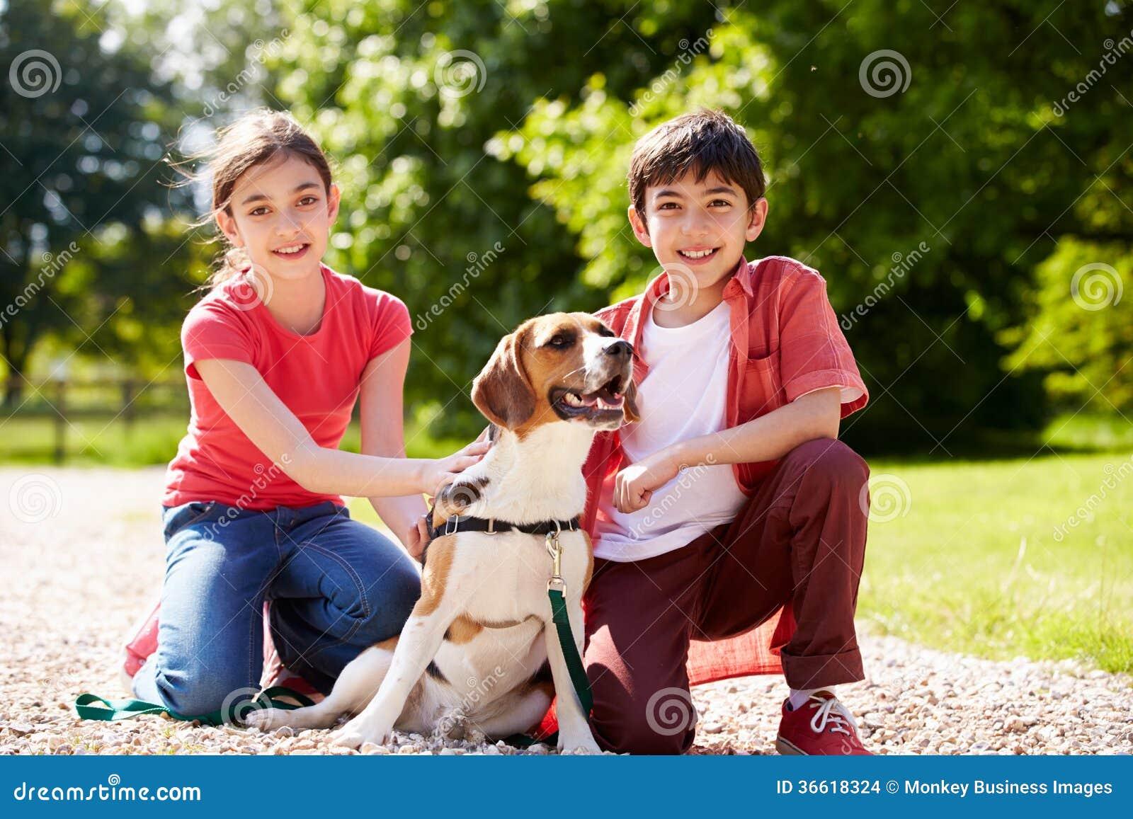 Latinamerikanska barn som tar hunden för, går