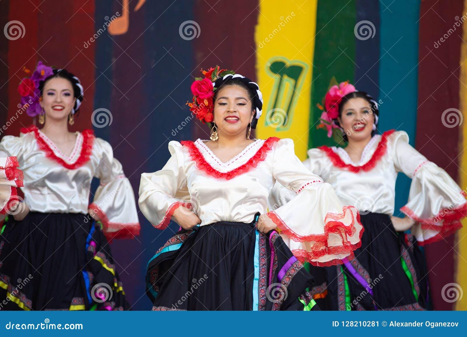 Latino dansers bij cincode Mayo viering