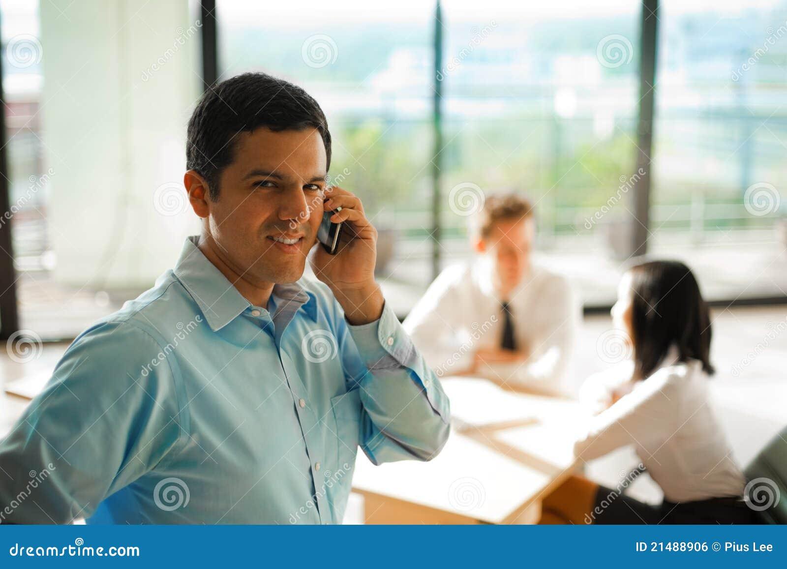 Latino-Mann-Telefon-Aufruf-Geschäftstreffen