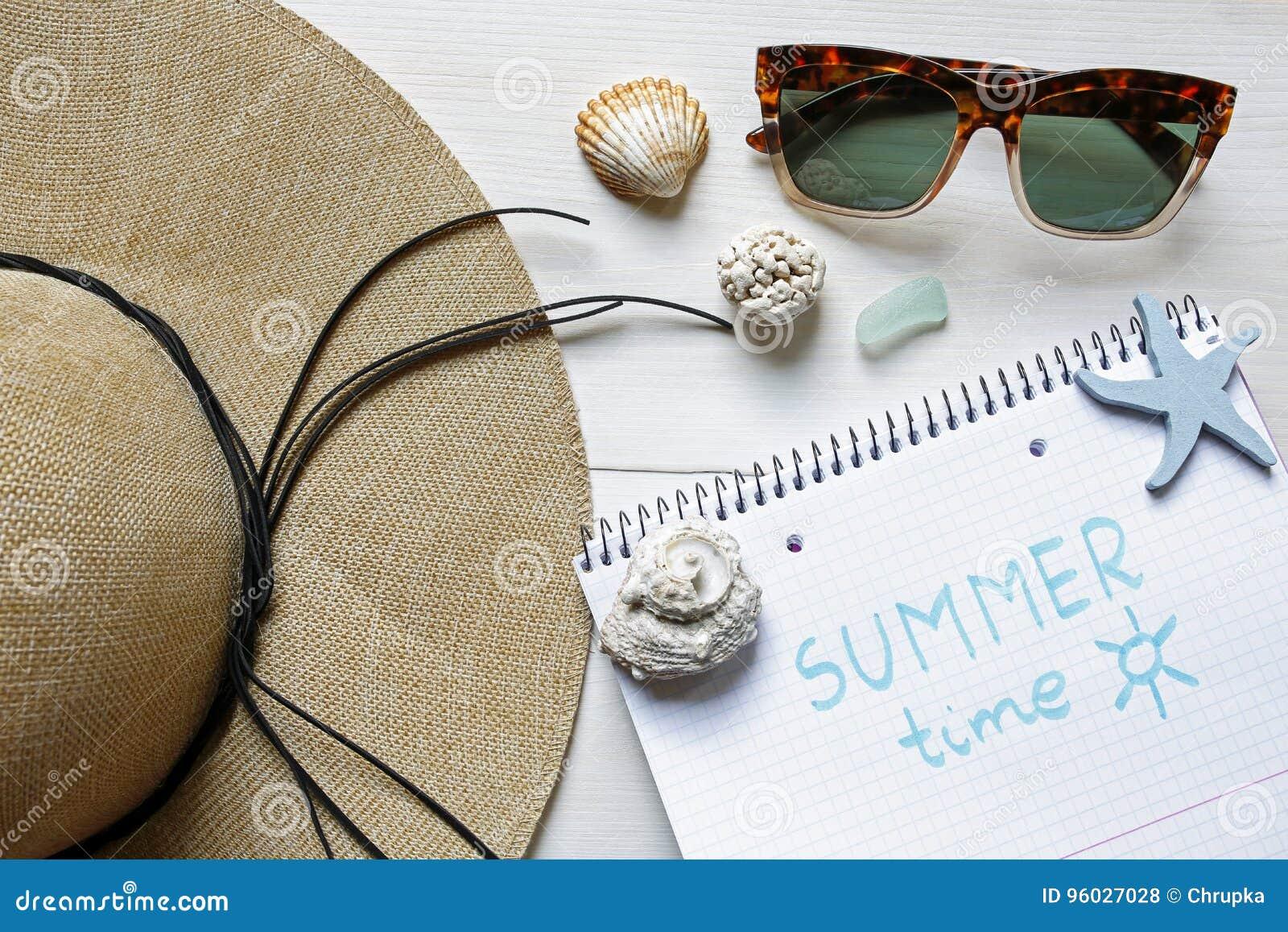Lato czasu pojęcia słomiany kapelusz, seashells, okulary przeciwsłoneczni i notatnik,