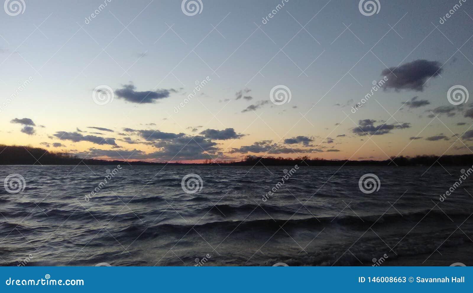 Lato della spiaggia in una tempesta del vento