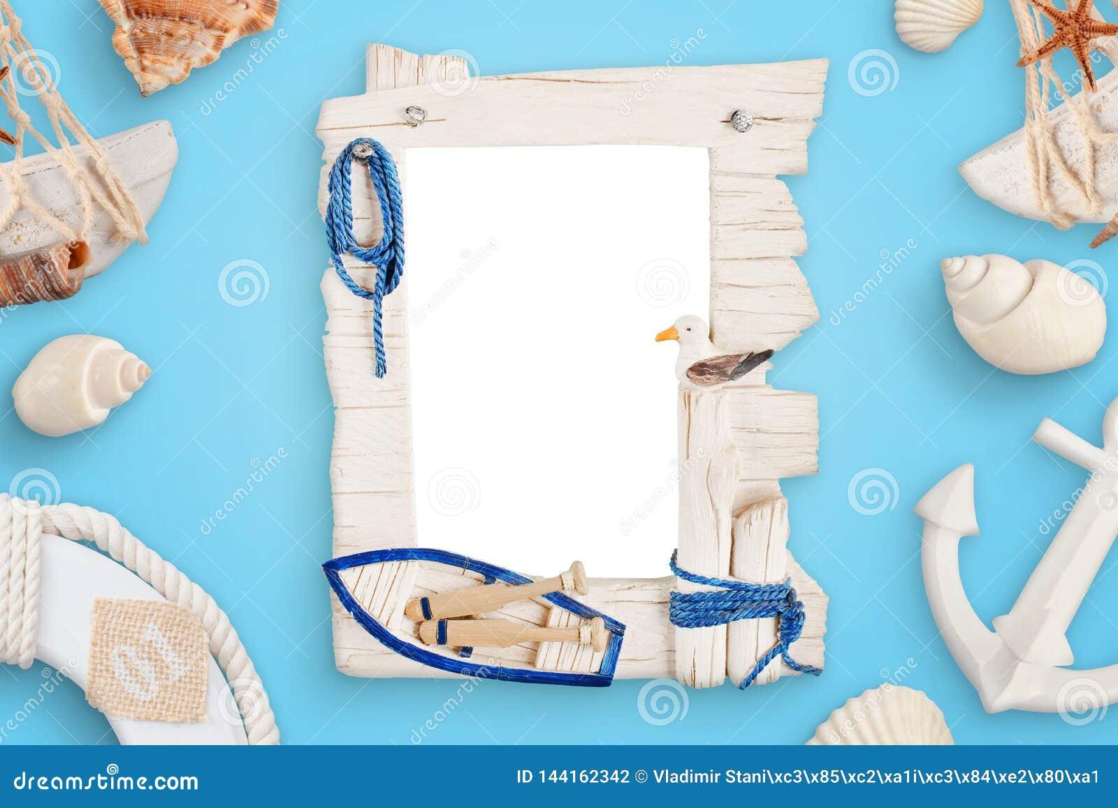 Lato dennej podróży fotografii rama na błękitnym biurku otaczającym z skorupami, łodzi kotwica, lifebelt