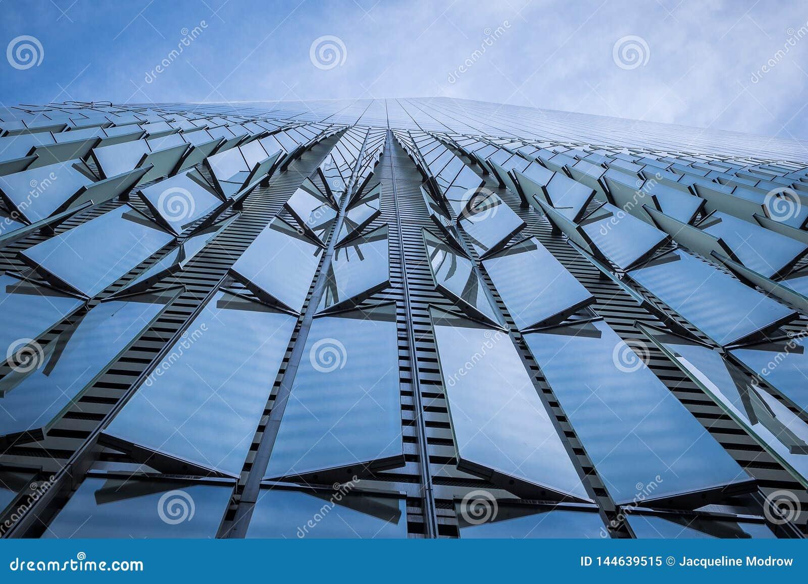 Lato di One World Trade Center come sembrate diritto su
