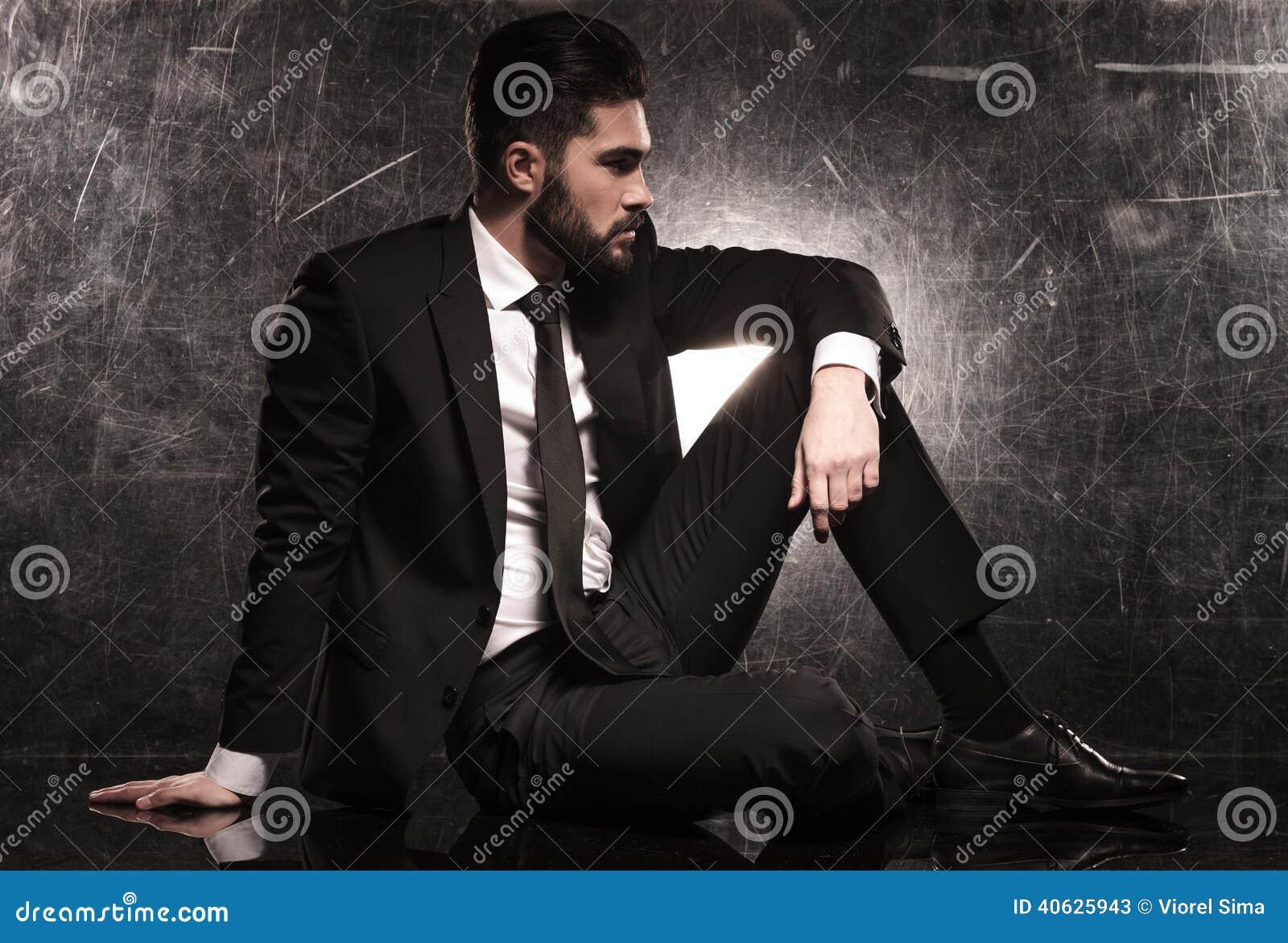 Lato di un uomo elegante di affari in vestito nero