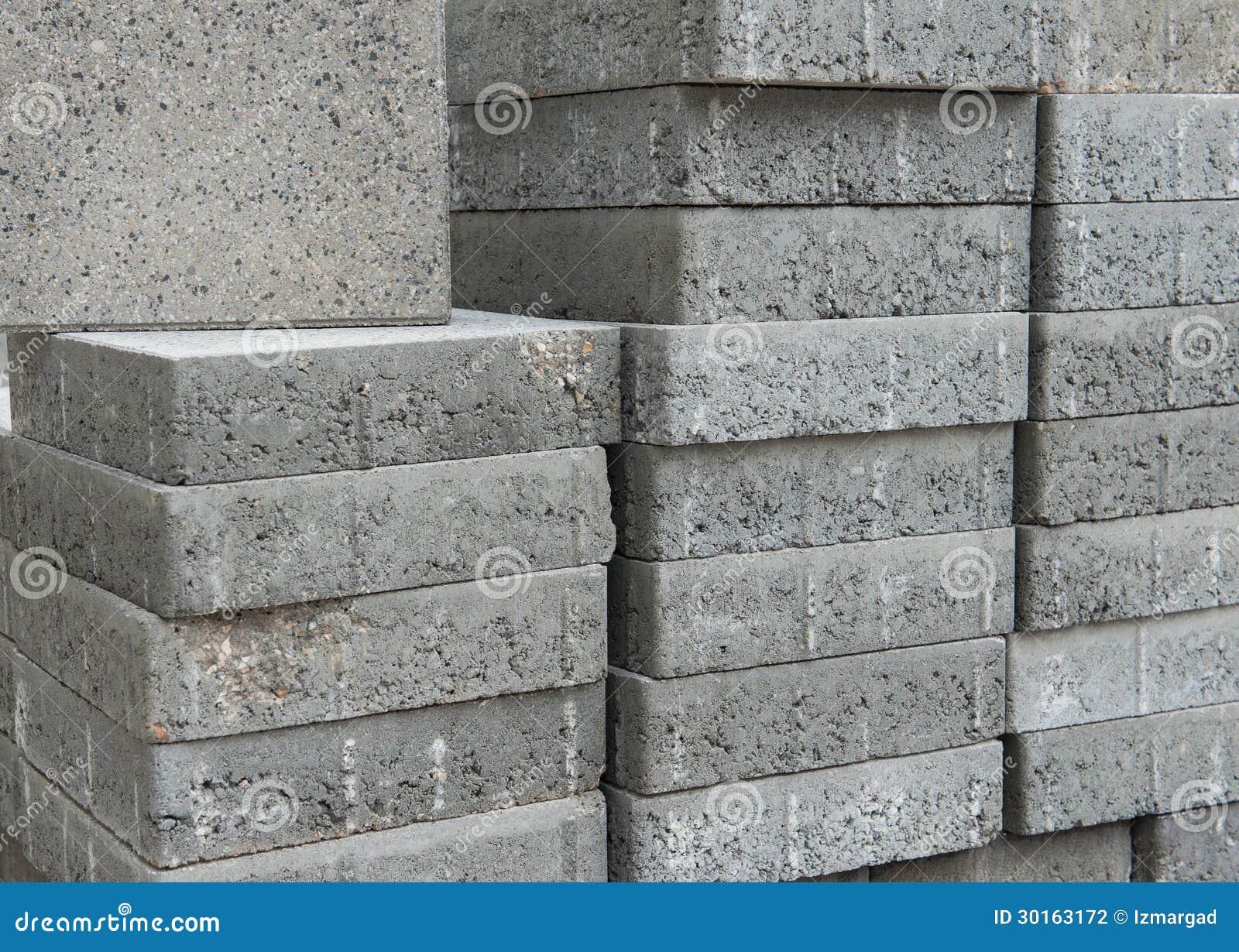 mucchio dei mattoni quadrati grigi piani della