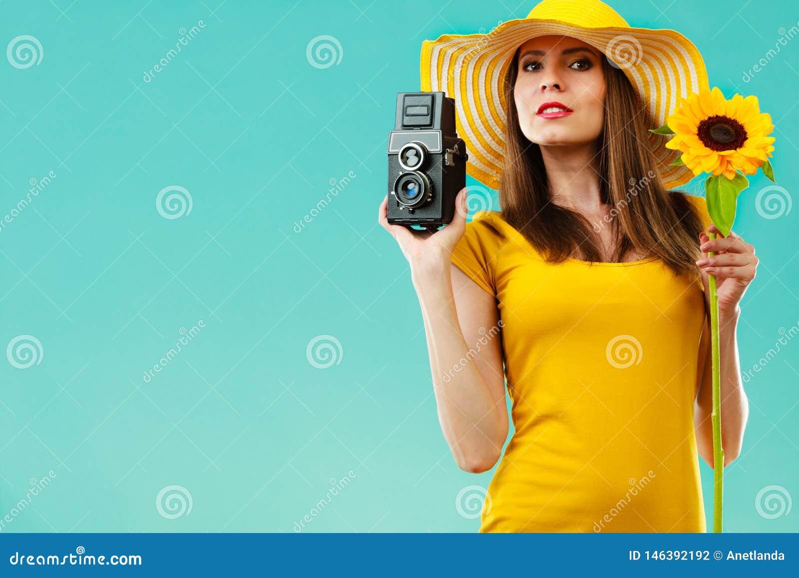 Lato kobieta trzyma s?onecznikow? star? kamer?