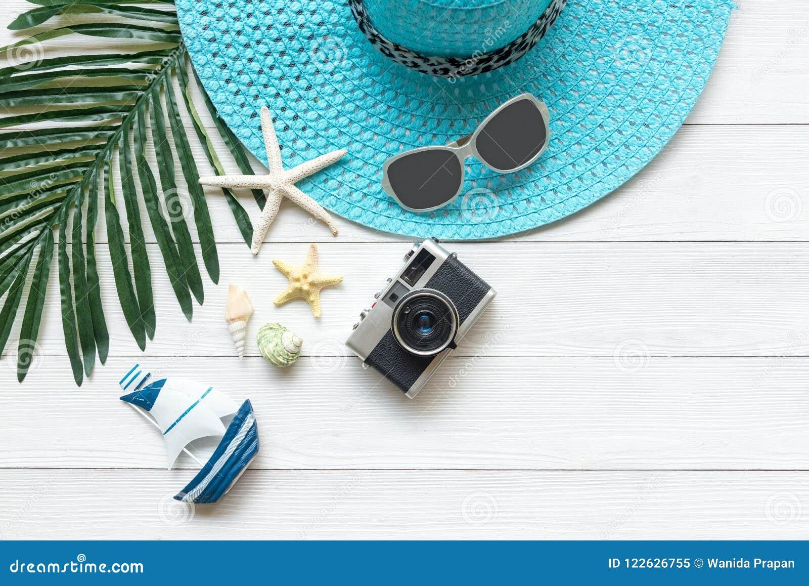 Lato moda, kamera, rozgwiazda, sunblock, słońc szkła, kapelusz Podróżuje i wakacje w wakacje, drewniany biały tło