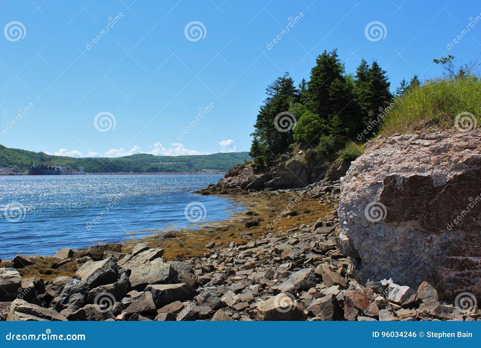 Lato nabrzeżna scena od nowa Scotia z rozdrabnianie podstawą na cieśninie Canso blisko droga na grobli