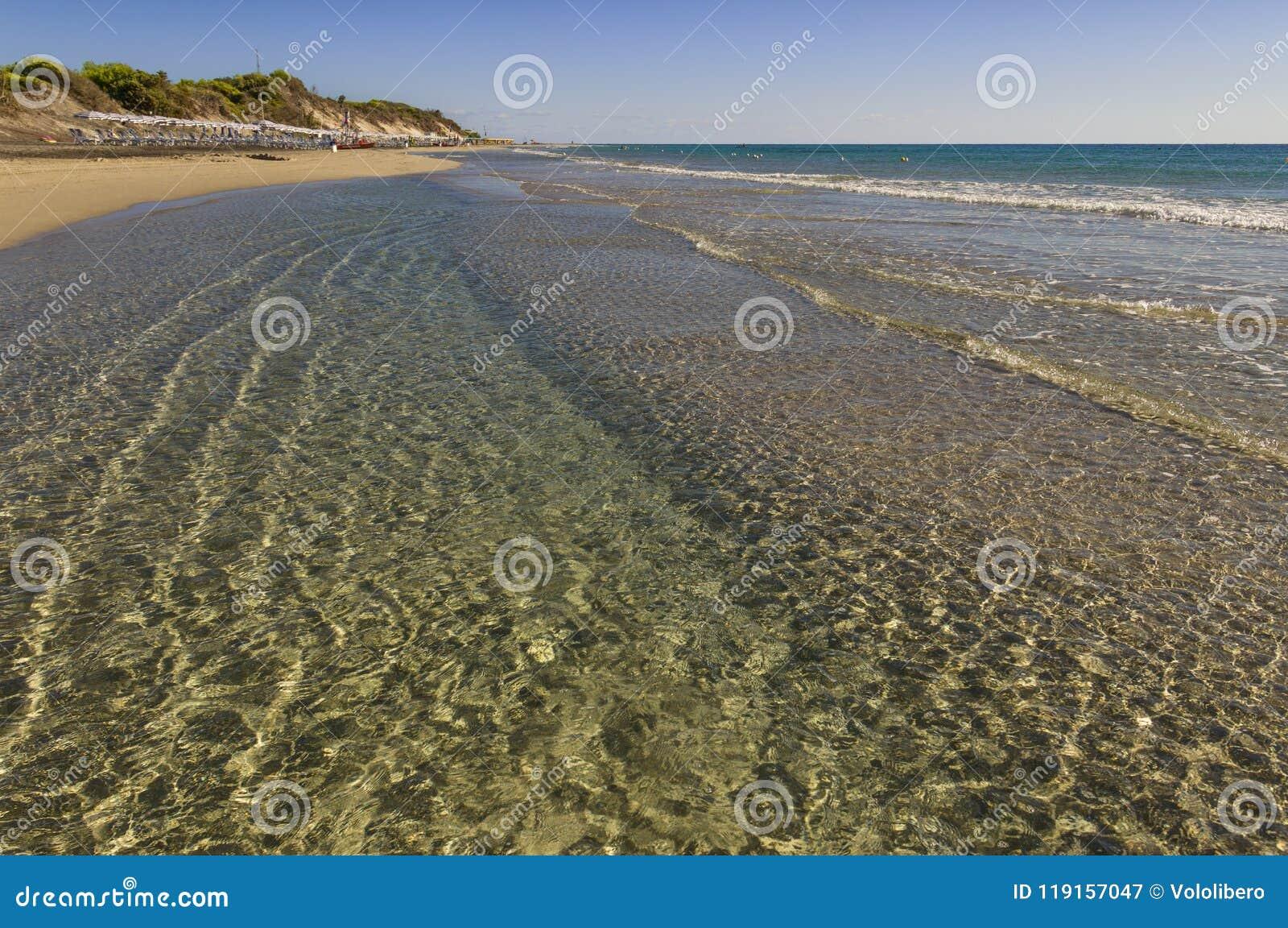 Lato Piękne piasek plaże Apulia: Alimini zatoka, Salento wybrzeże Włochy Lecka Ja jest szerokim piaskowatym brzegowym protecte