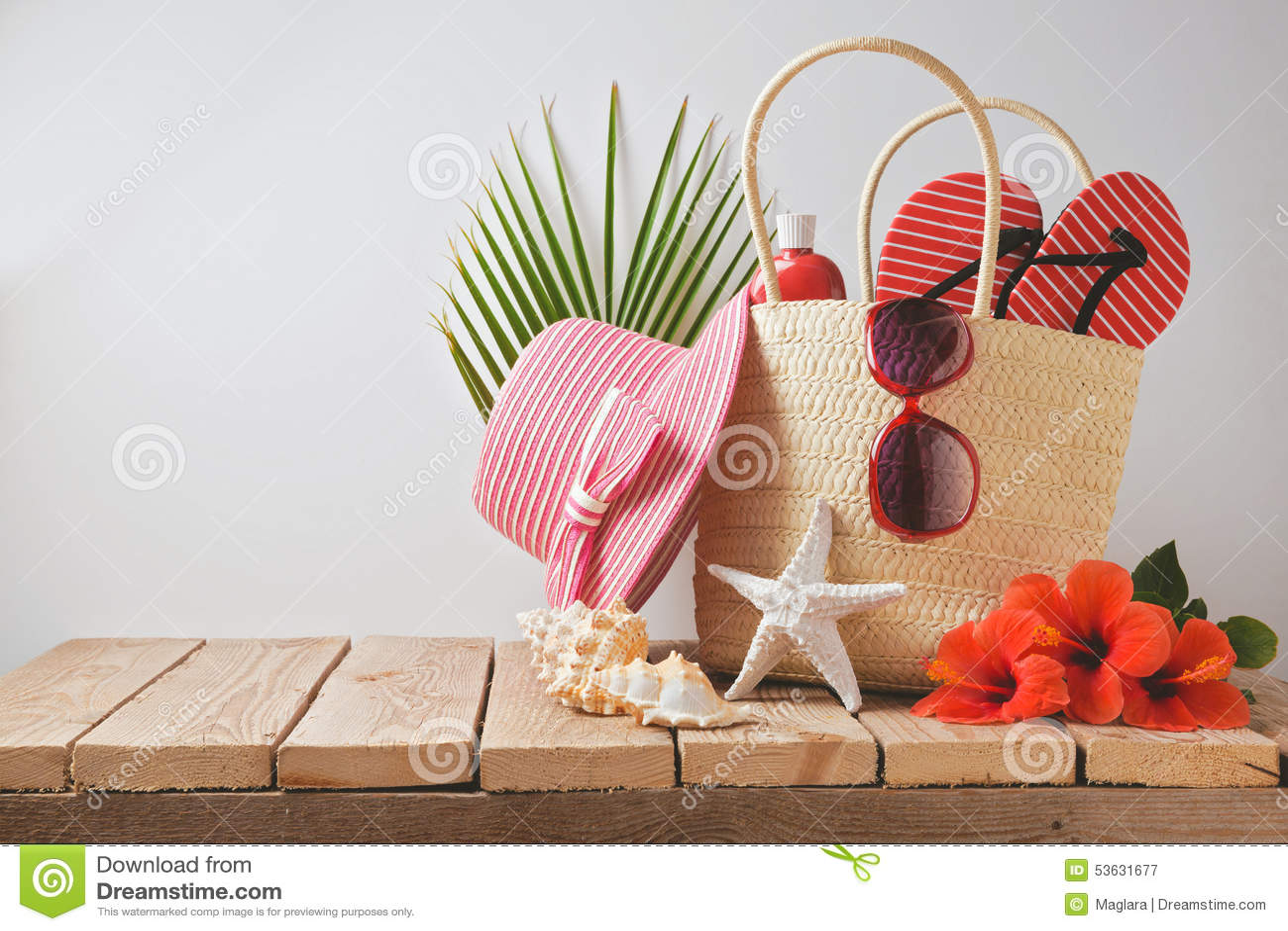 Lato plaży poślubnika i torby kwiaty na drewnianym stole Wakacje letni urlopowy pojęcie na widok
