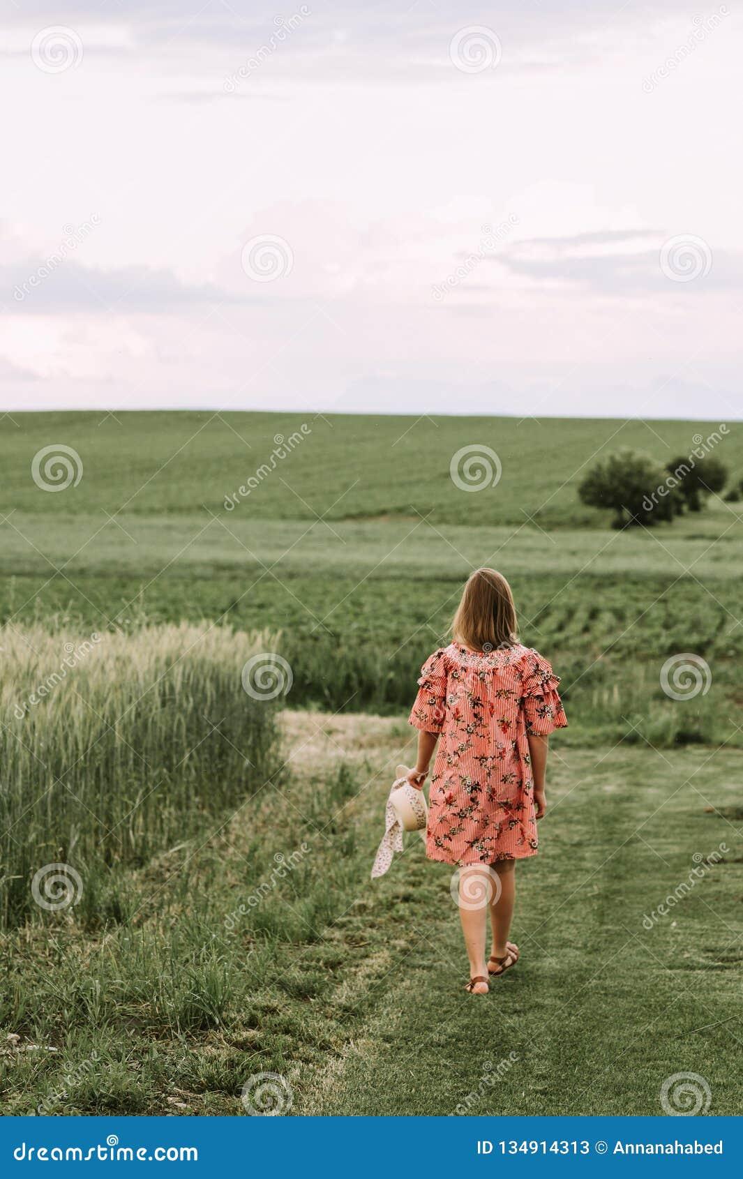 Lato portret śliczna mała dziewczynka