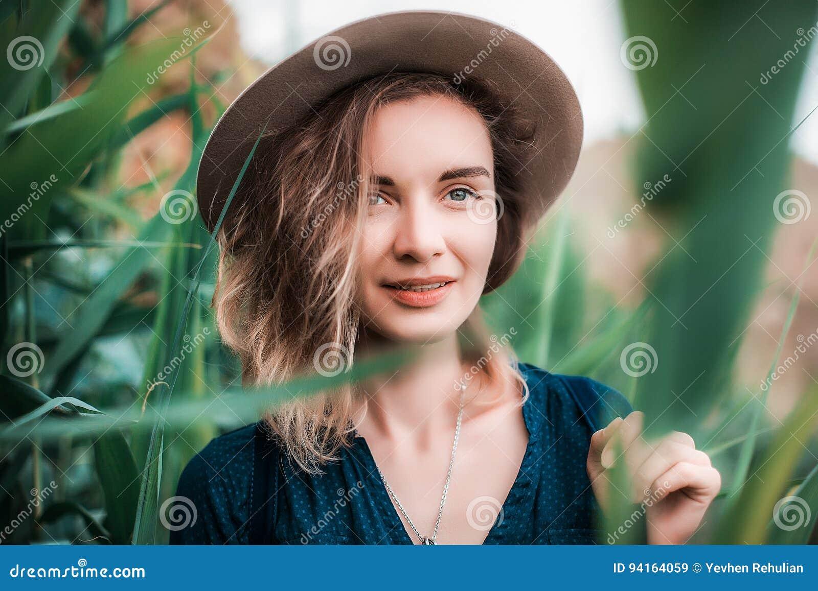Lato portret młoda modniś kobieta w brown kapeluszu ma zabawę potomstwa odchudzają pięknej kobiety, artystyczny strój, indie styl
