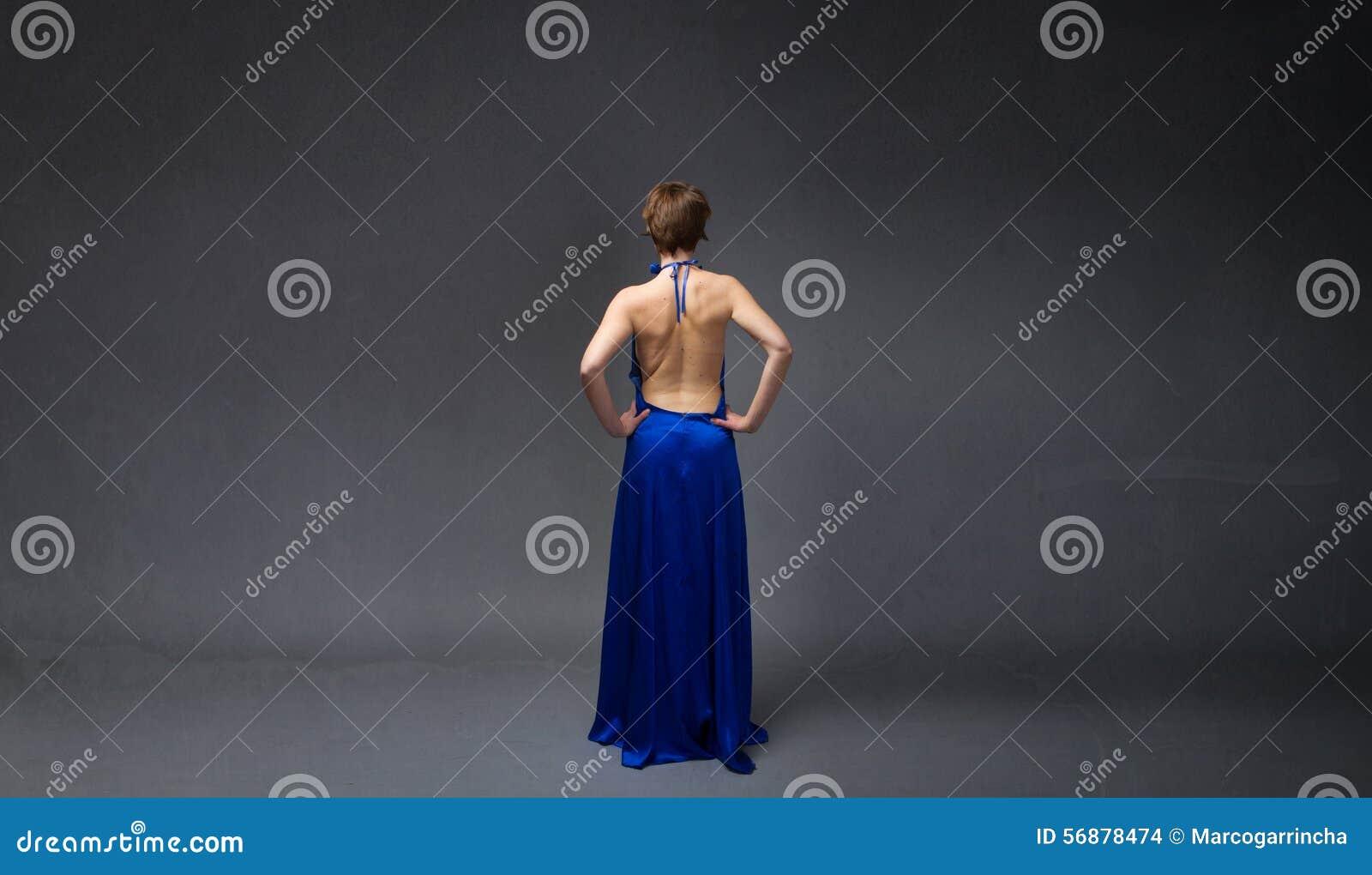 Lato posteriore della ragazza elegante