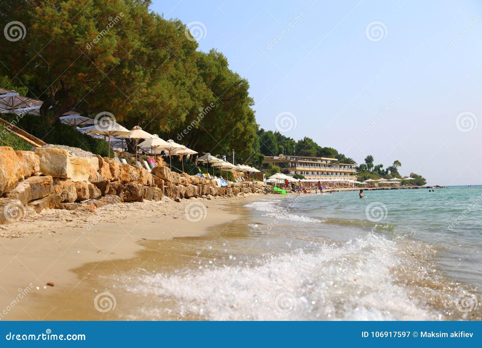 Lato ranku Sani piaskowata plaża z sunbeds Chalkidiki i sunshades, Grecja dzień sanny