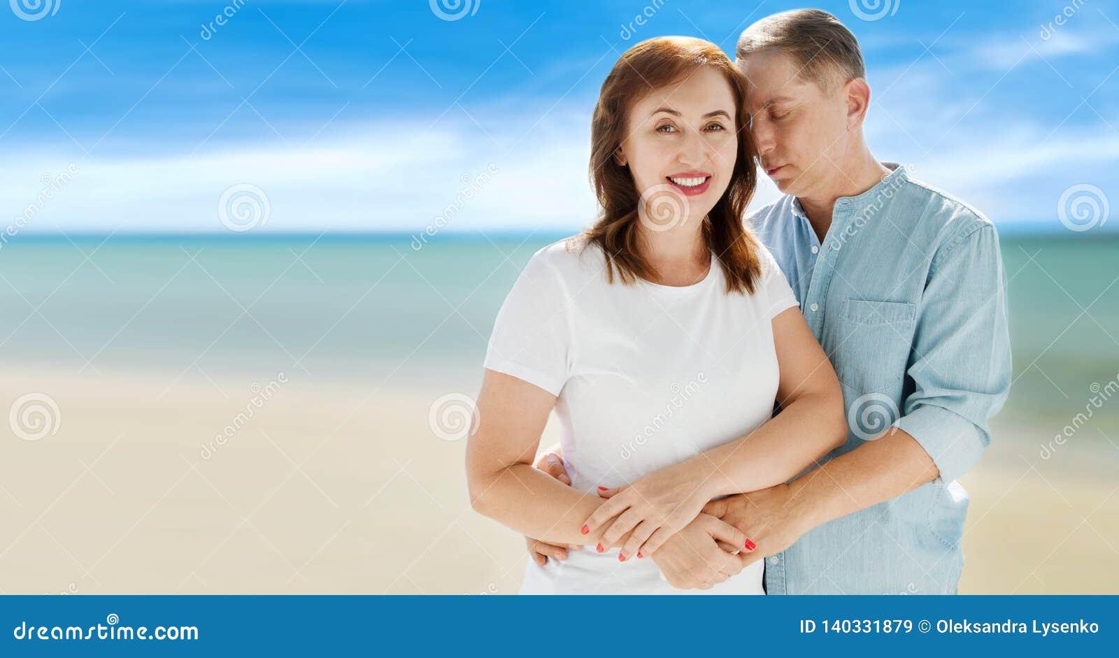 Lato rodzinny wakacje Szczęśliwa w średnim wieku para ma zabawę na podróż wakacjach weekendowych Morza i plaży tło kosmos kopii