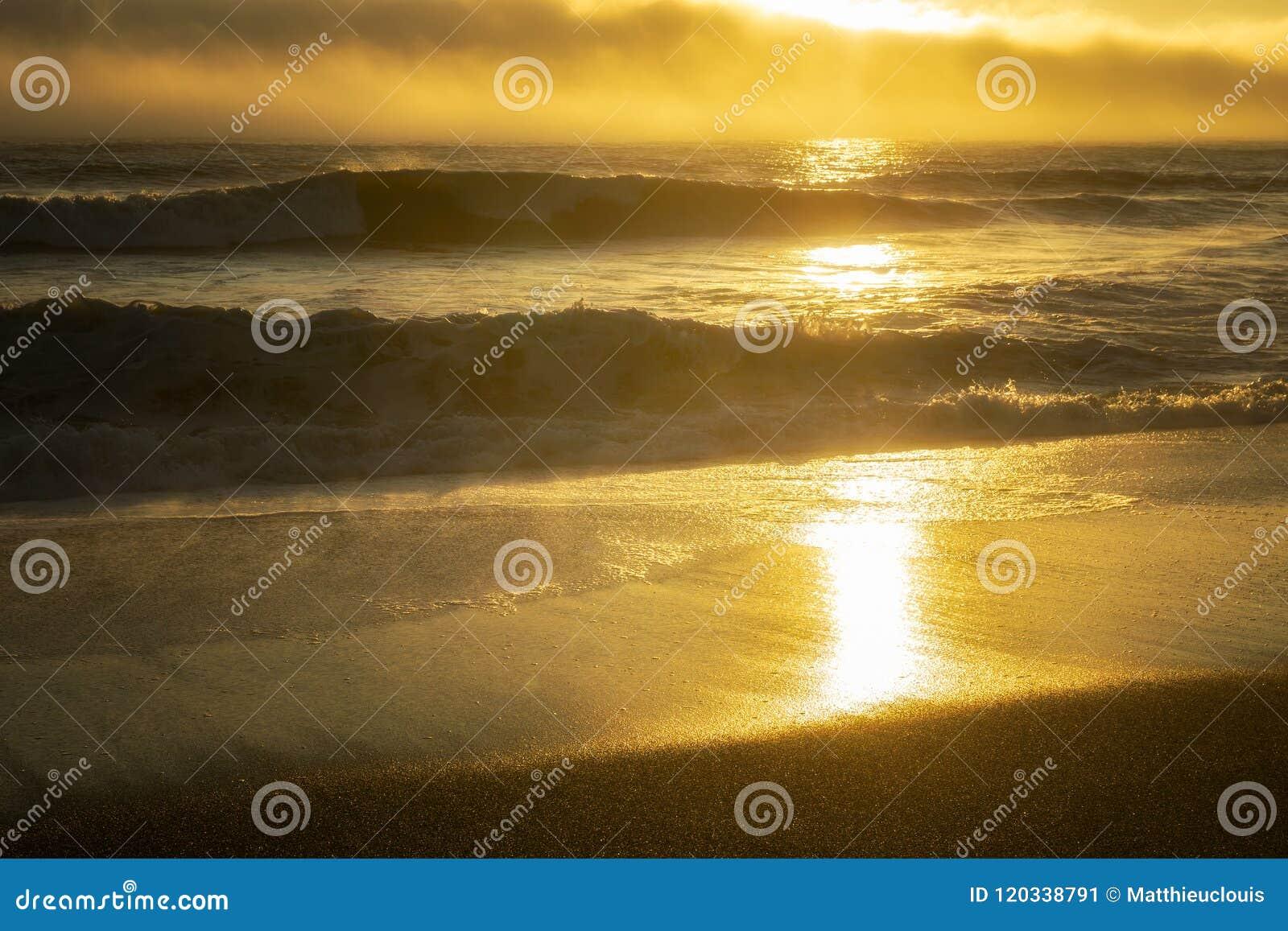 Lato zmierzch nad oceanem i plażą