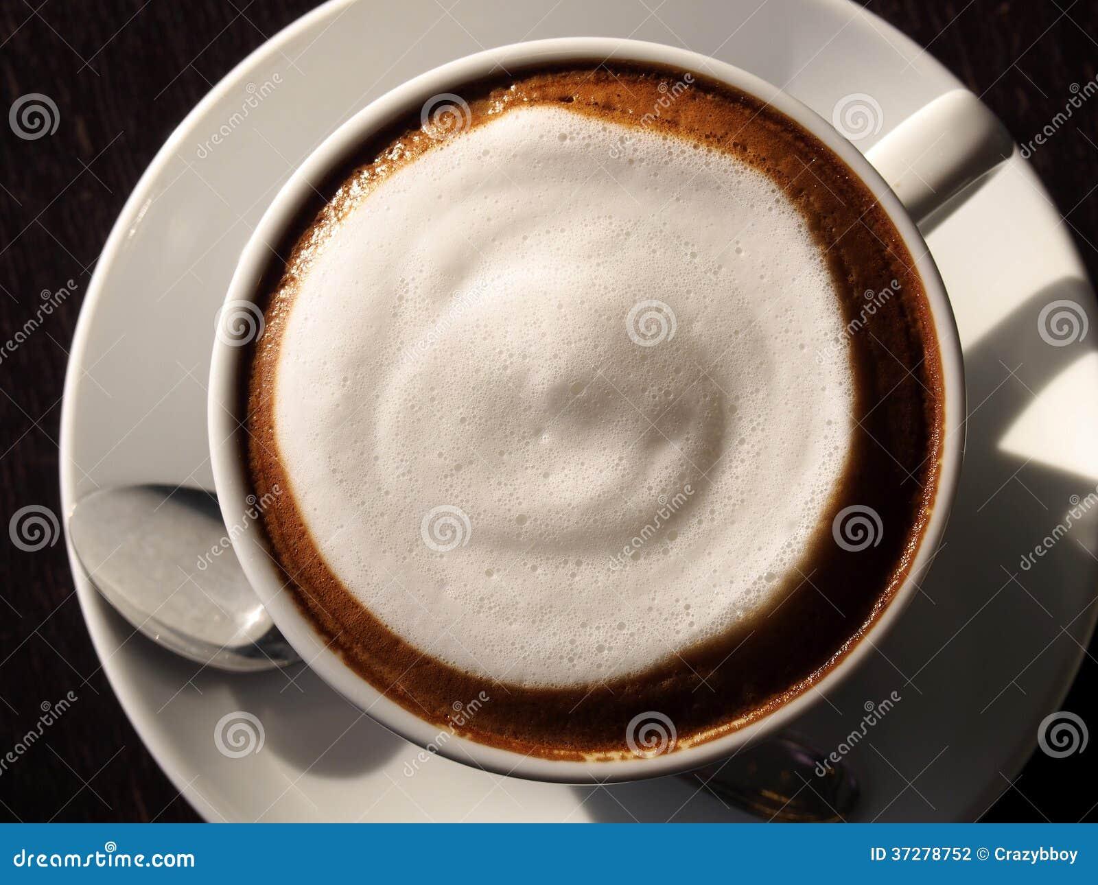 Latte chaud avec du lait de mousse