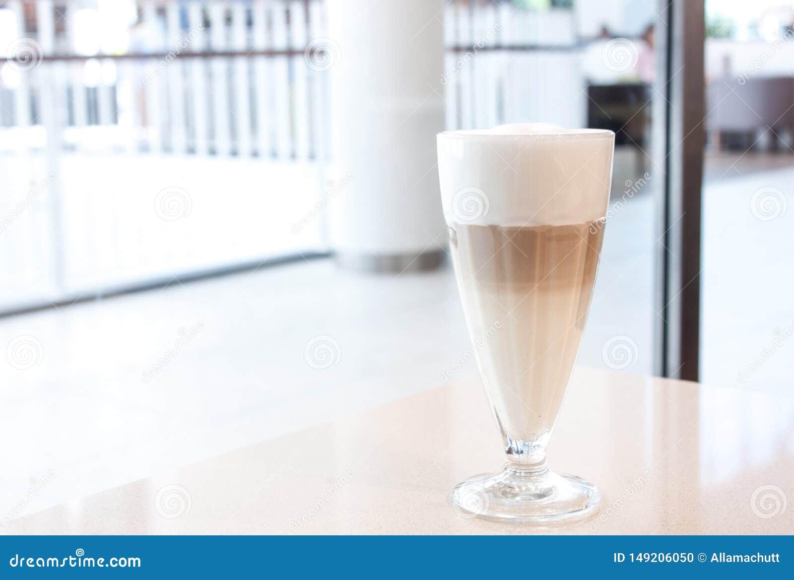 Latte de caf? en verre avec la grande mousse blanche