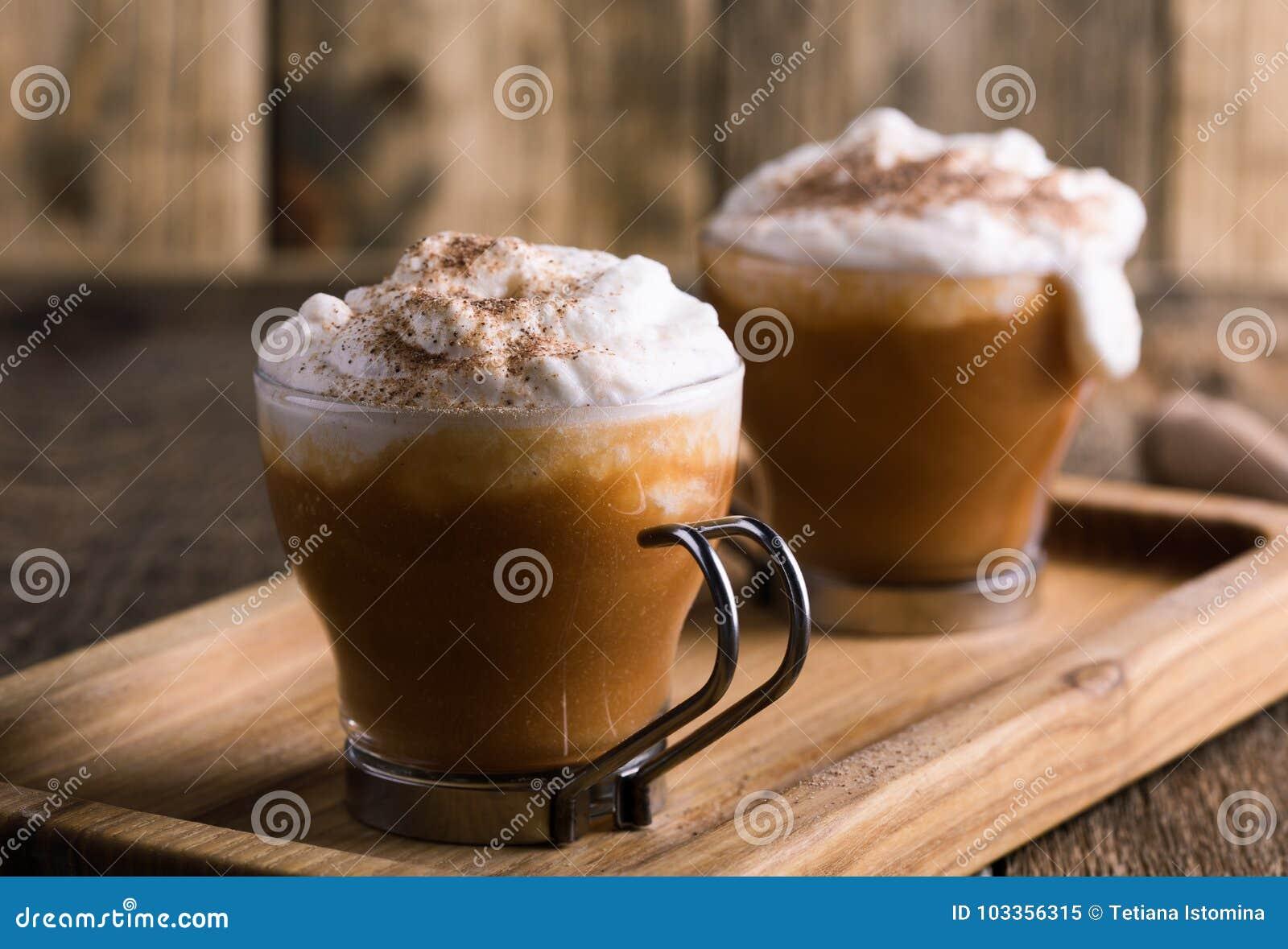 Latte de la especia de la calabaza con las especias azotadas de la crema y de la empanada