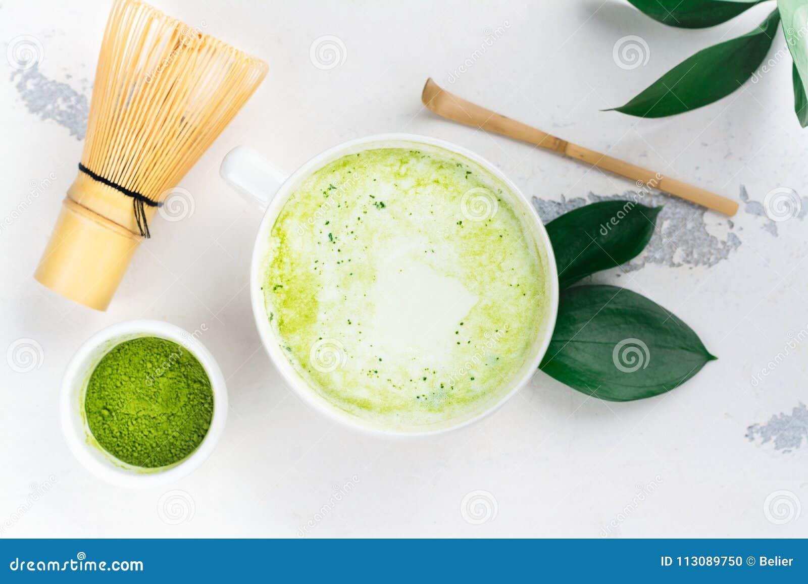 Latte de thé vert de Matcha dans une tasse