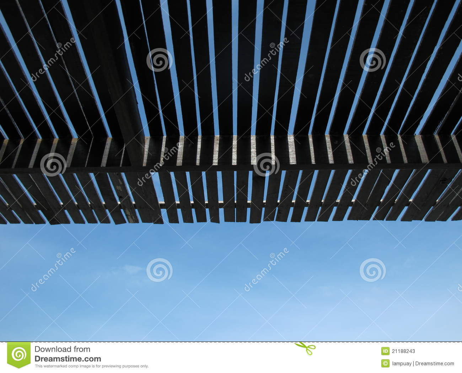 Latte de toit sous le ciel