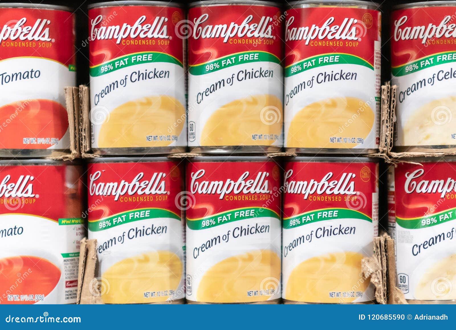 Latte della minestra del ` s di Campbell da vendere in un supermercato