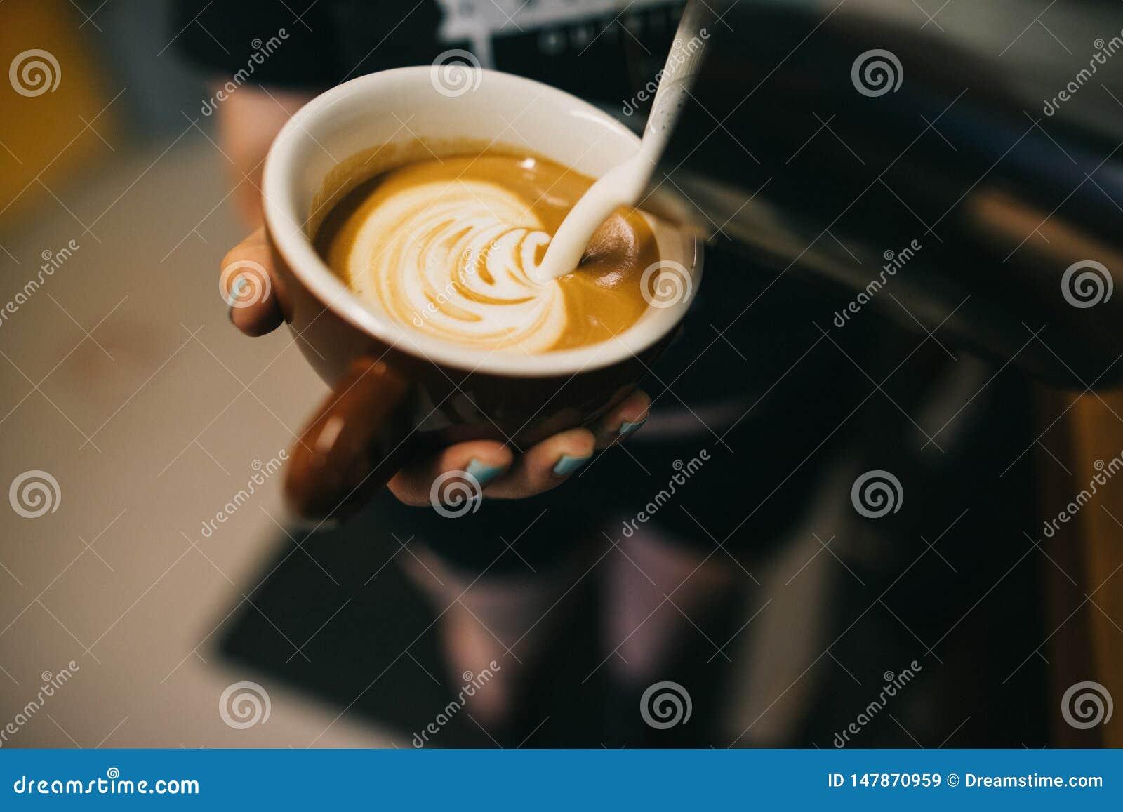 Latte die door barista worden voorbereid
