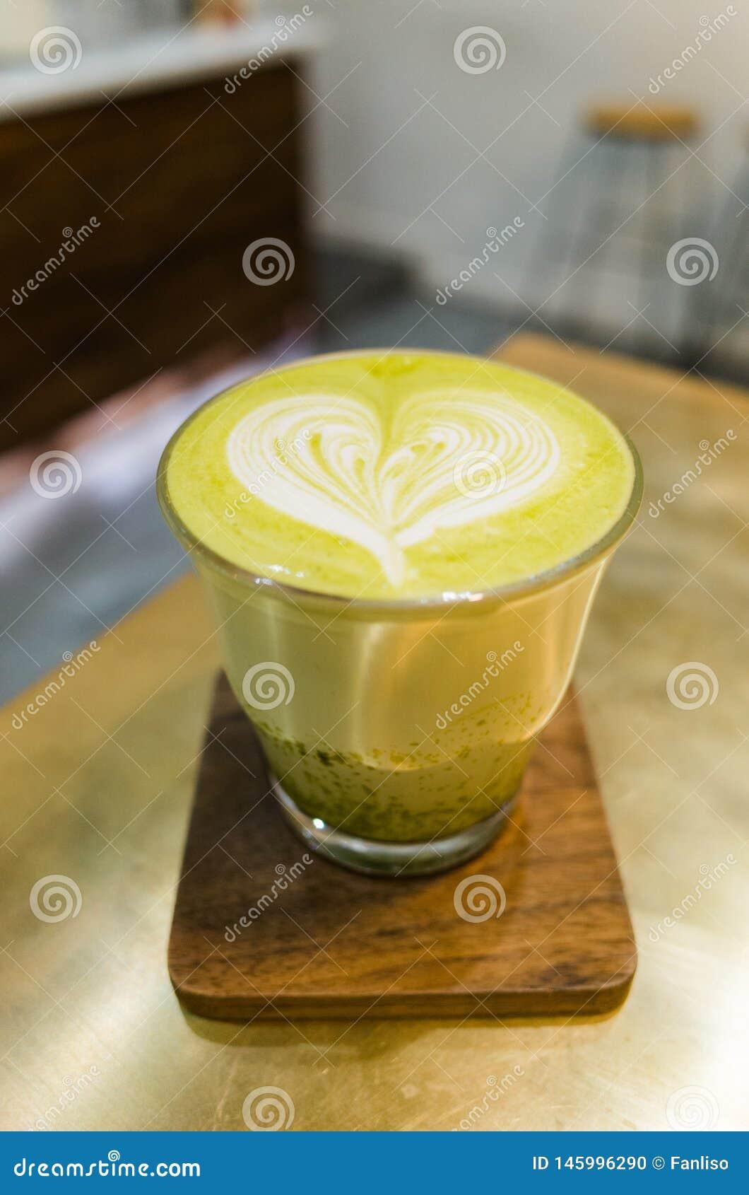 Latte do ch? verde de Matcha Cora??o dado forma