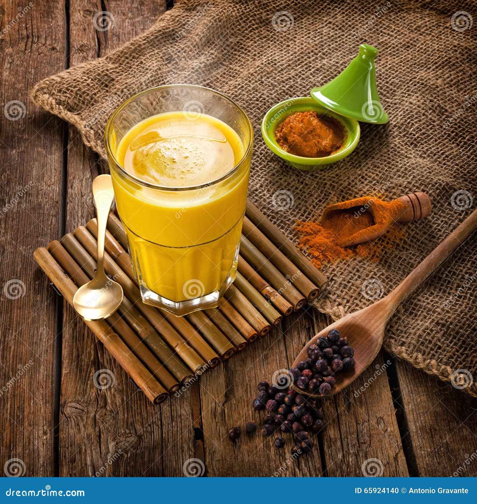 Latte dorato fatto con curcuma